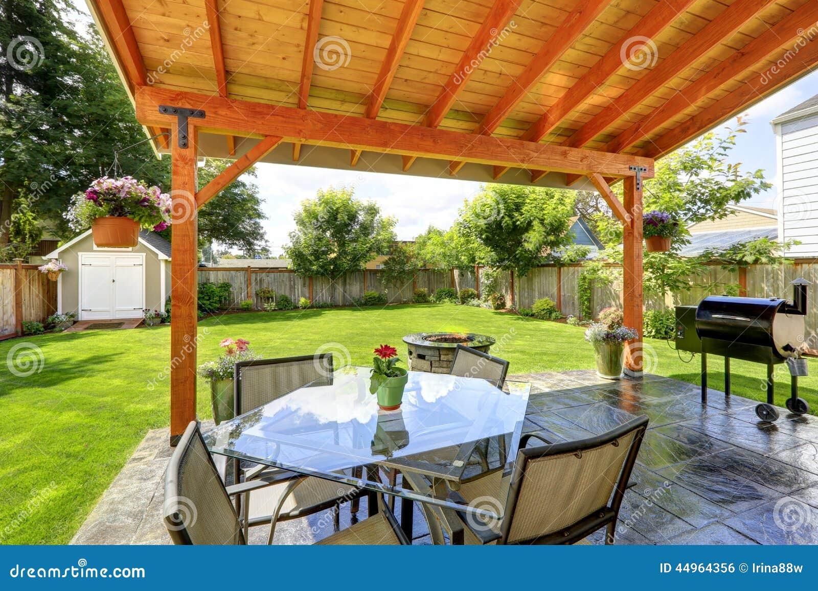 露台设置了与玻璃顶面桌和椅子