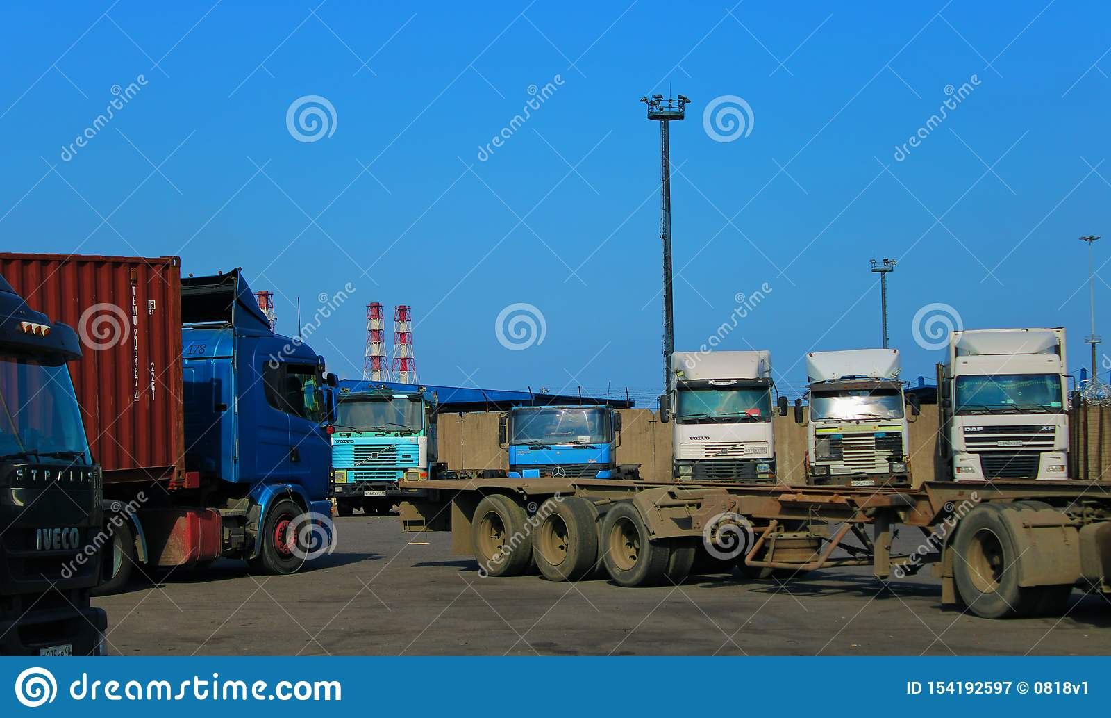 露天等待装货的自动停放的卡车
