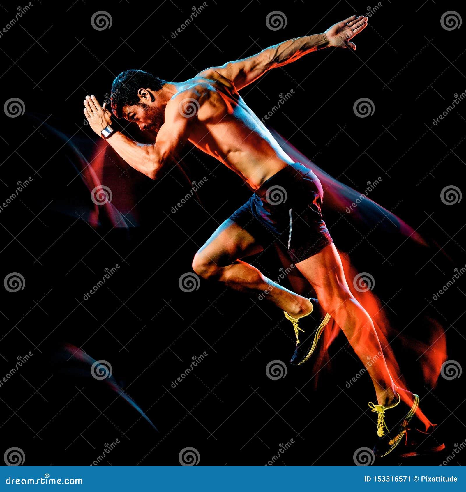 露胸部的肌肉人赛跑者 跑步被隔绝的黑背景的连续慢跑者
