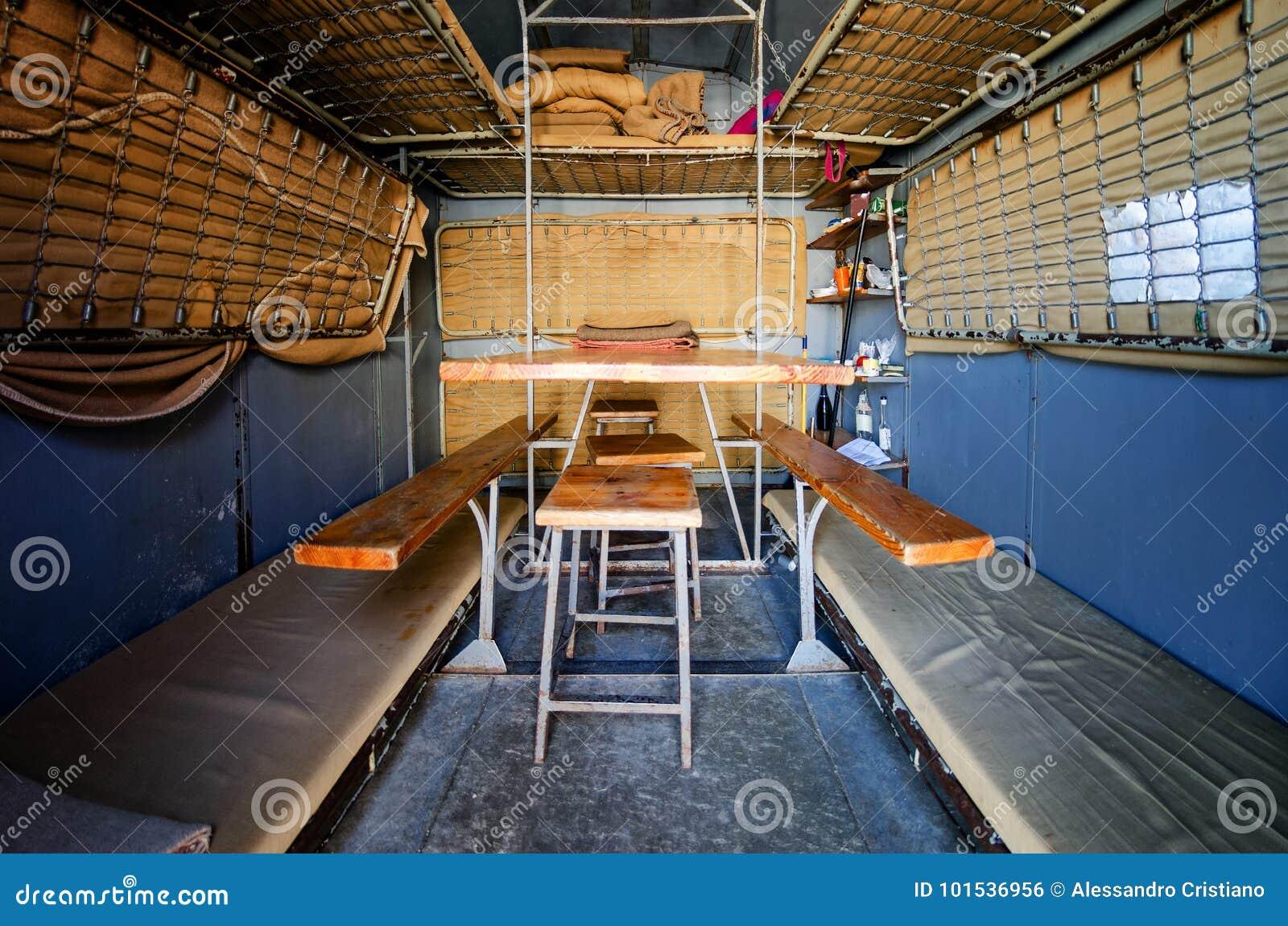 露营山风雨棚库存照片. 图片包括有抢救, 组塑, 紧急, 安全, 登山, 侦察