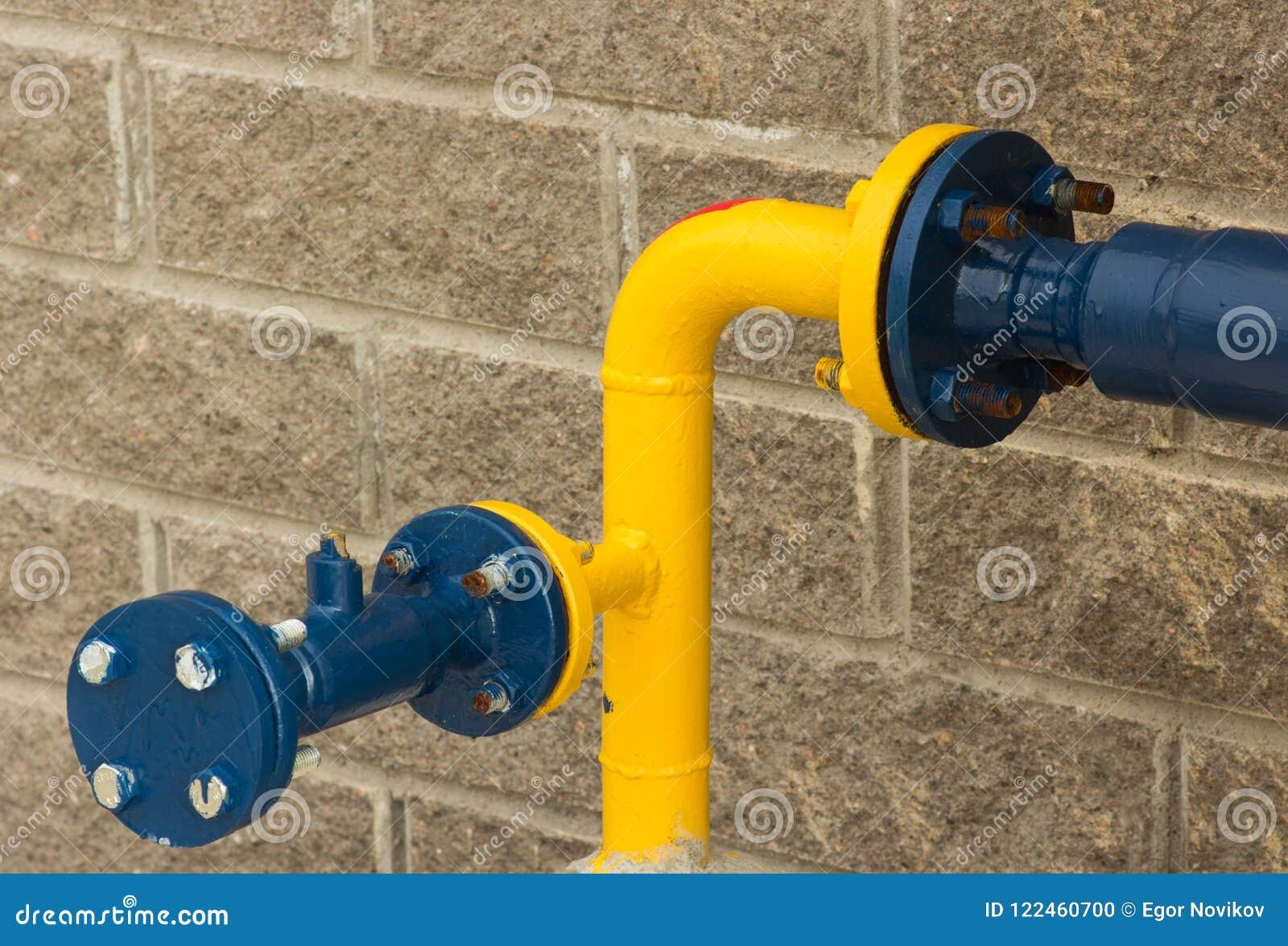 青和黄色煤气管,从街道边的特写镜头的连接