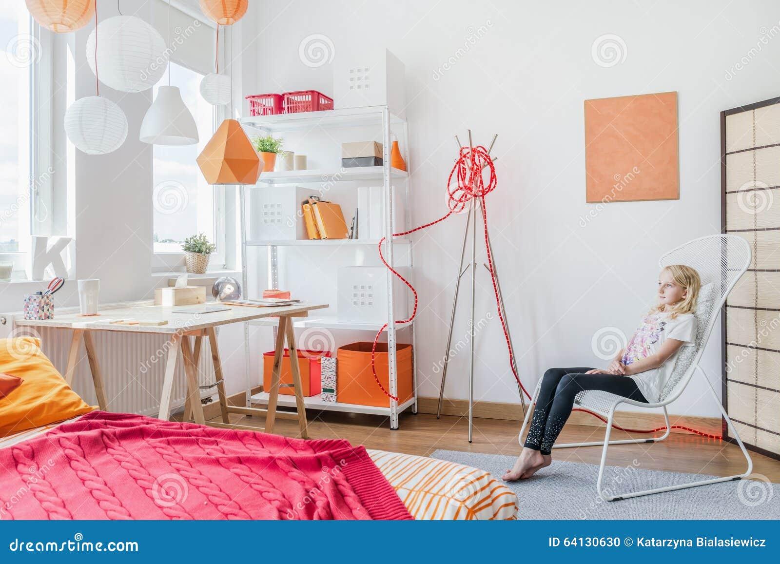 青少年的女孩在现代屋子里
