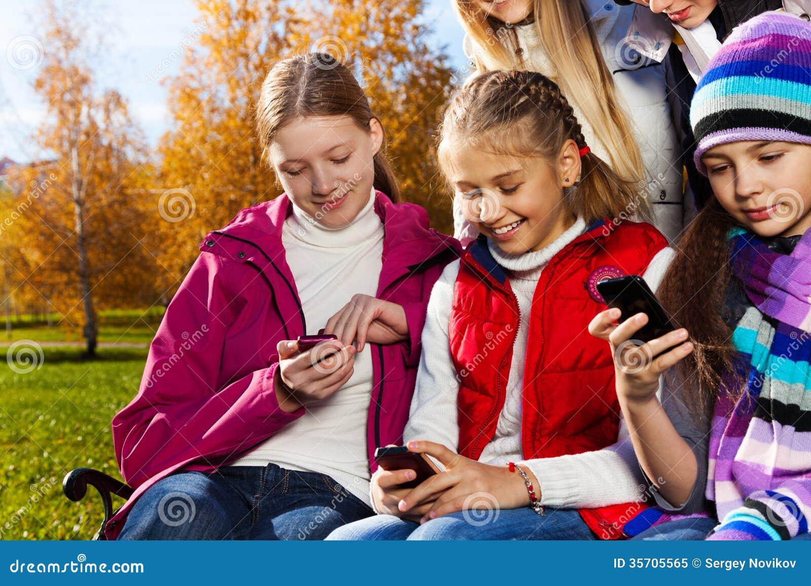 青少年的孩子繁忙与手机 免版税库存照片 - 图片图片