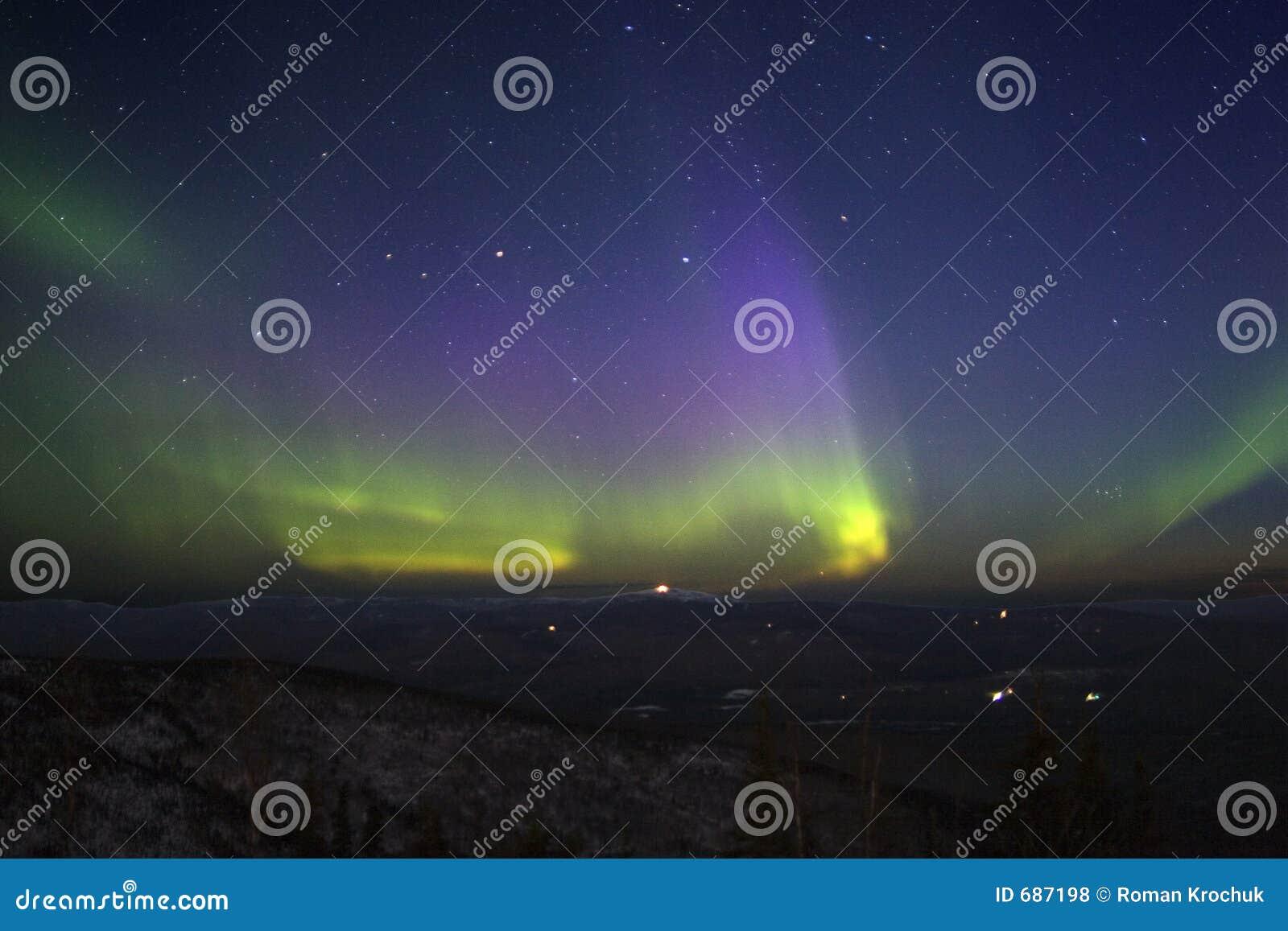 青山点燃北在淡黄色紫色的天空满天&#