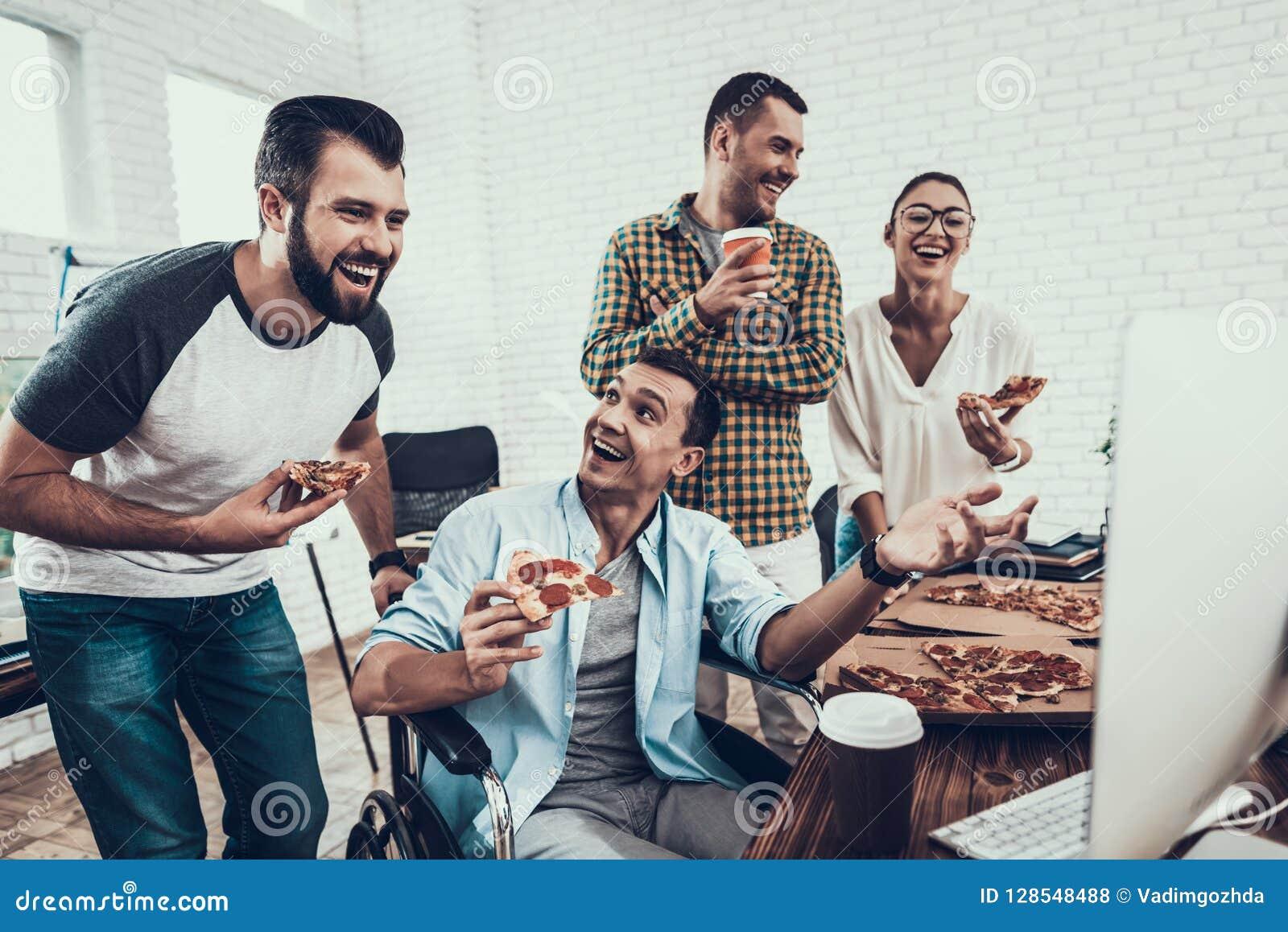 青年人吃午餐用薄饼在办公室