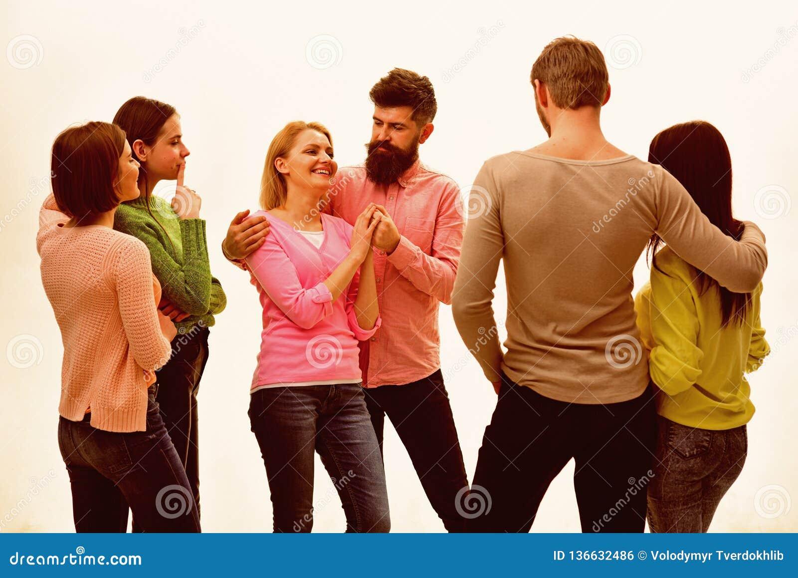 青年时期,朋友和夫妇讲话 青年人一起花费休闲,快乐的公司停留 学生,愉快