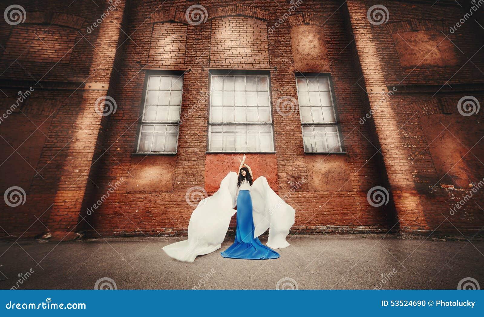 青白的礼服天使的长发浅黑肤色的男人