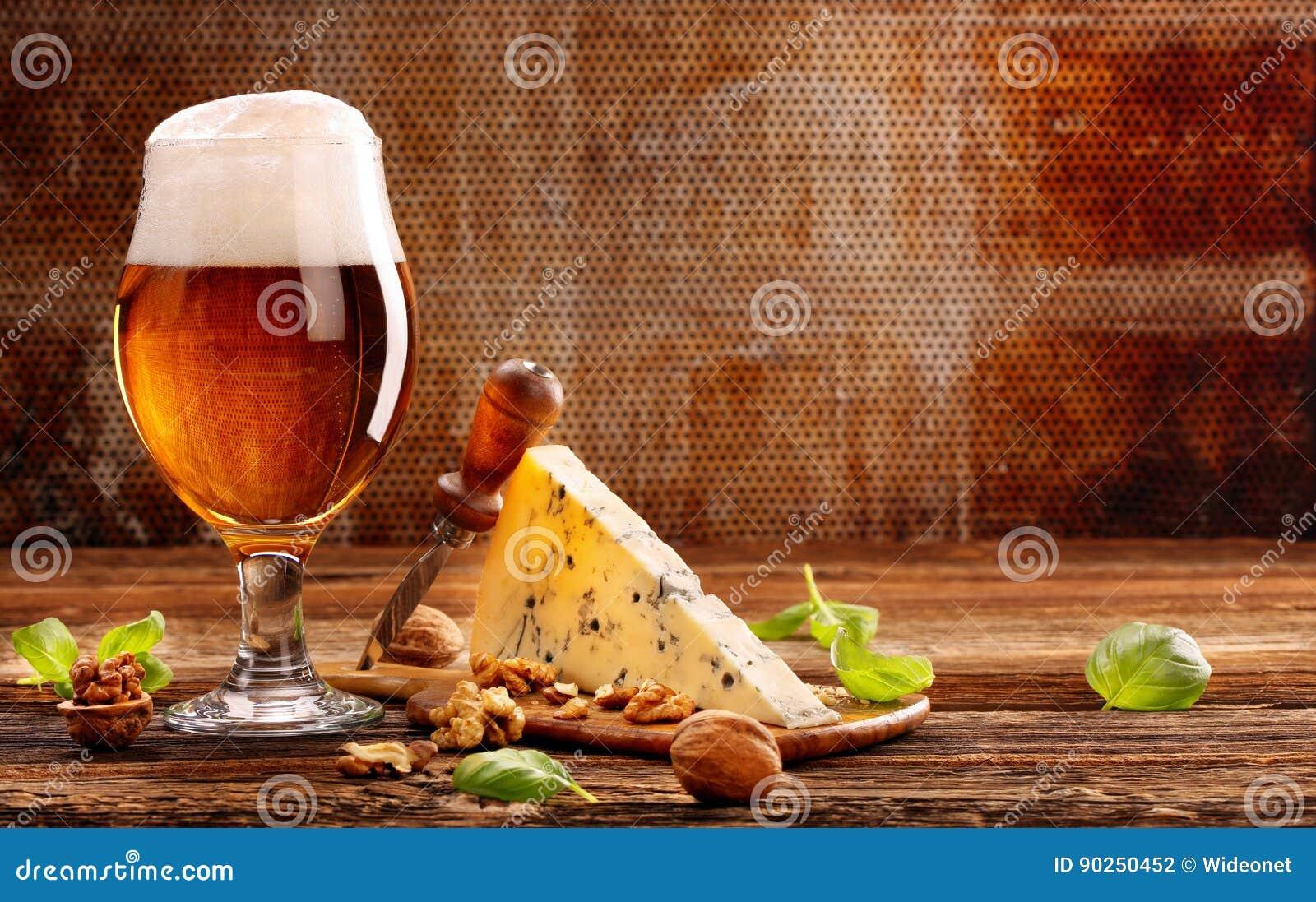 青纹干酪开胃菜和啤酒在棕色葡萄酒背景