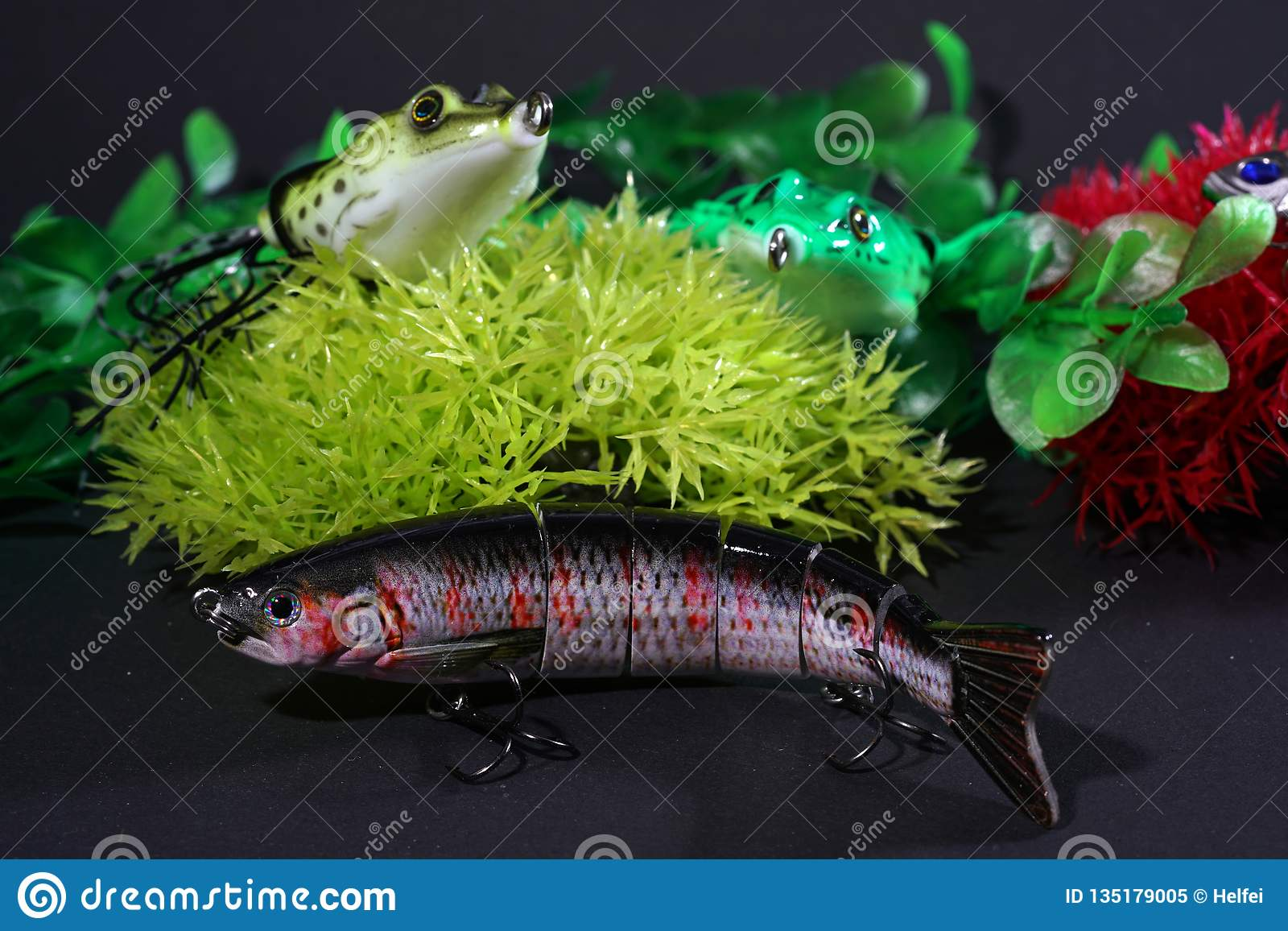 青蛙做了与锋利的勾子的塑料是非常合适的