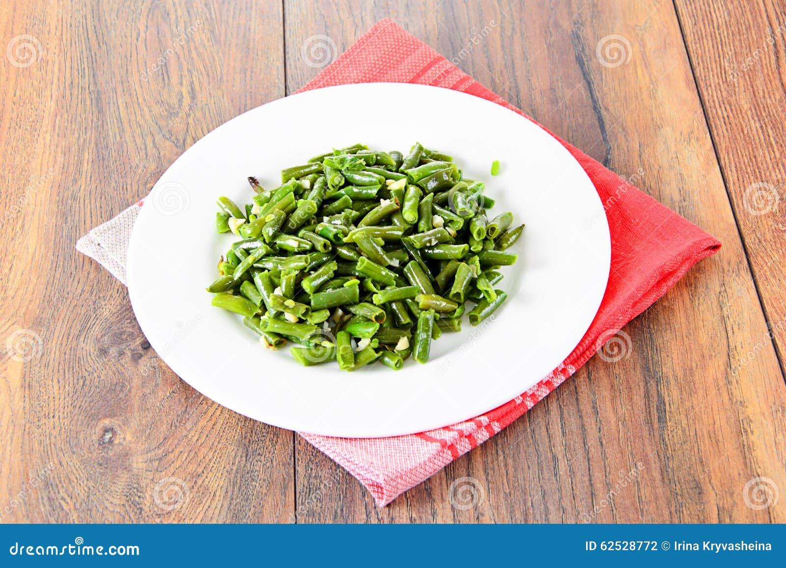 青豆油煎用在一块白色板材的大蒜