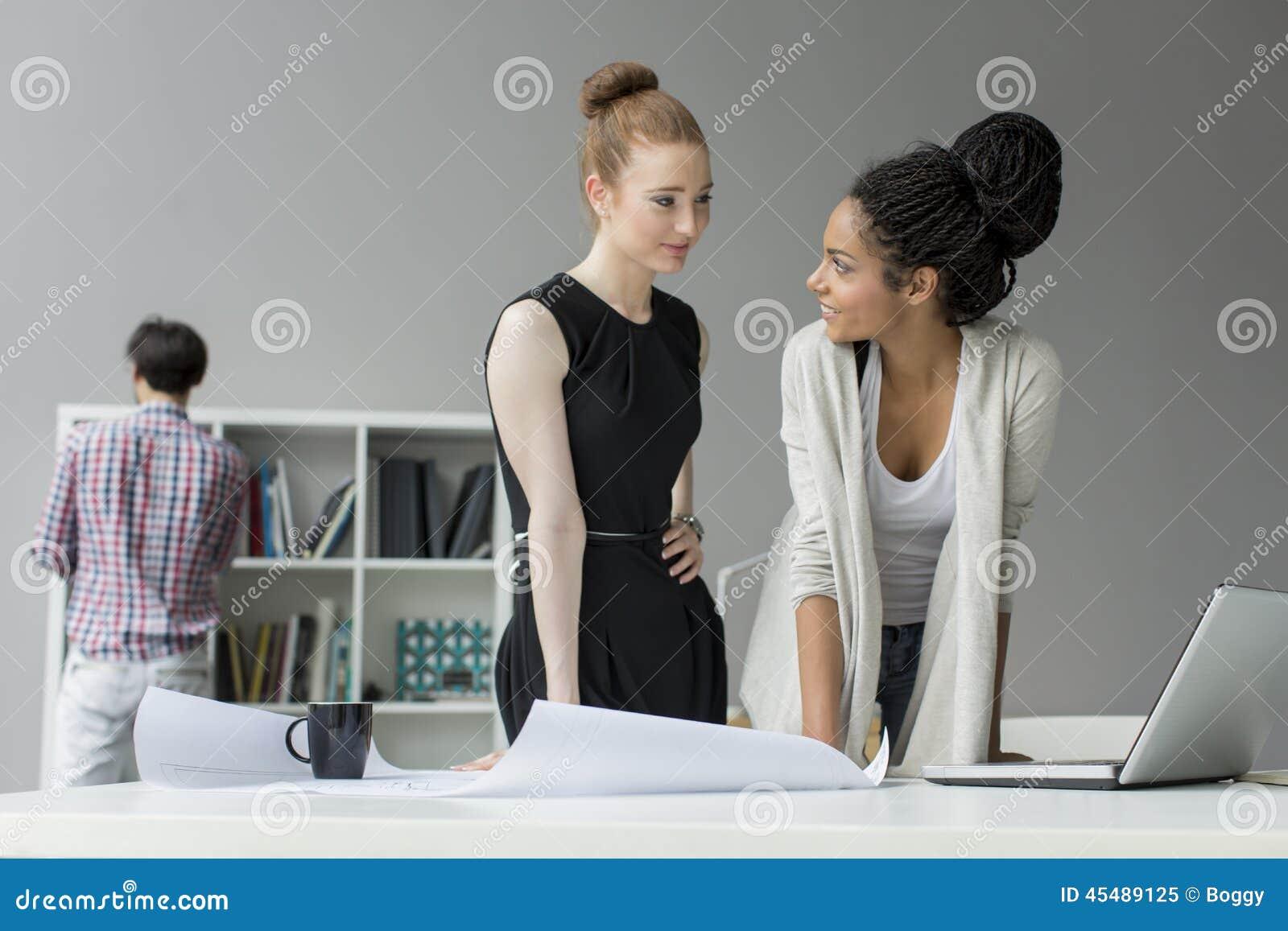 青年人在办公室
