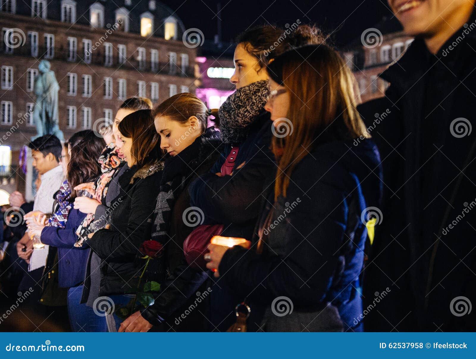 青年人在Strasbour的中心的举蜡烛