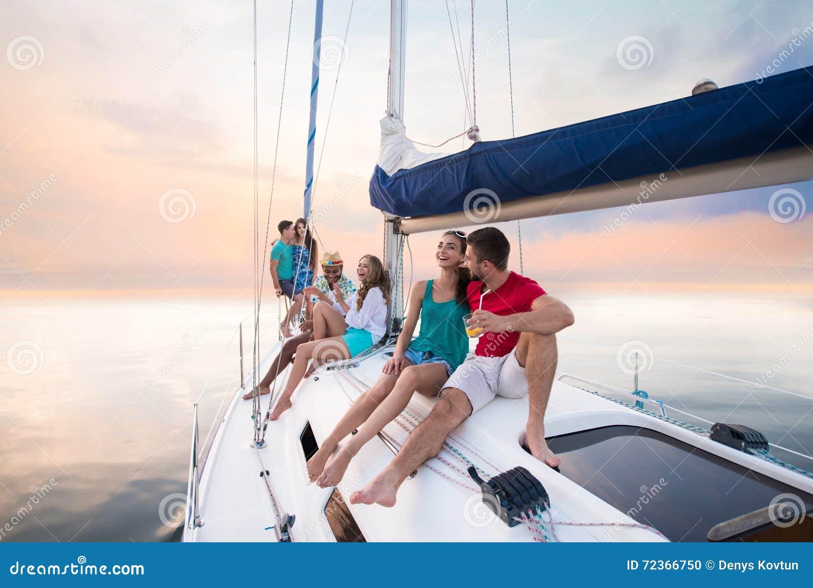 青年人坐游艇