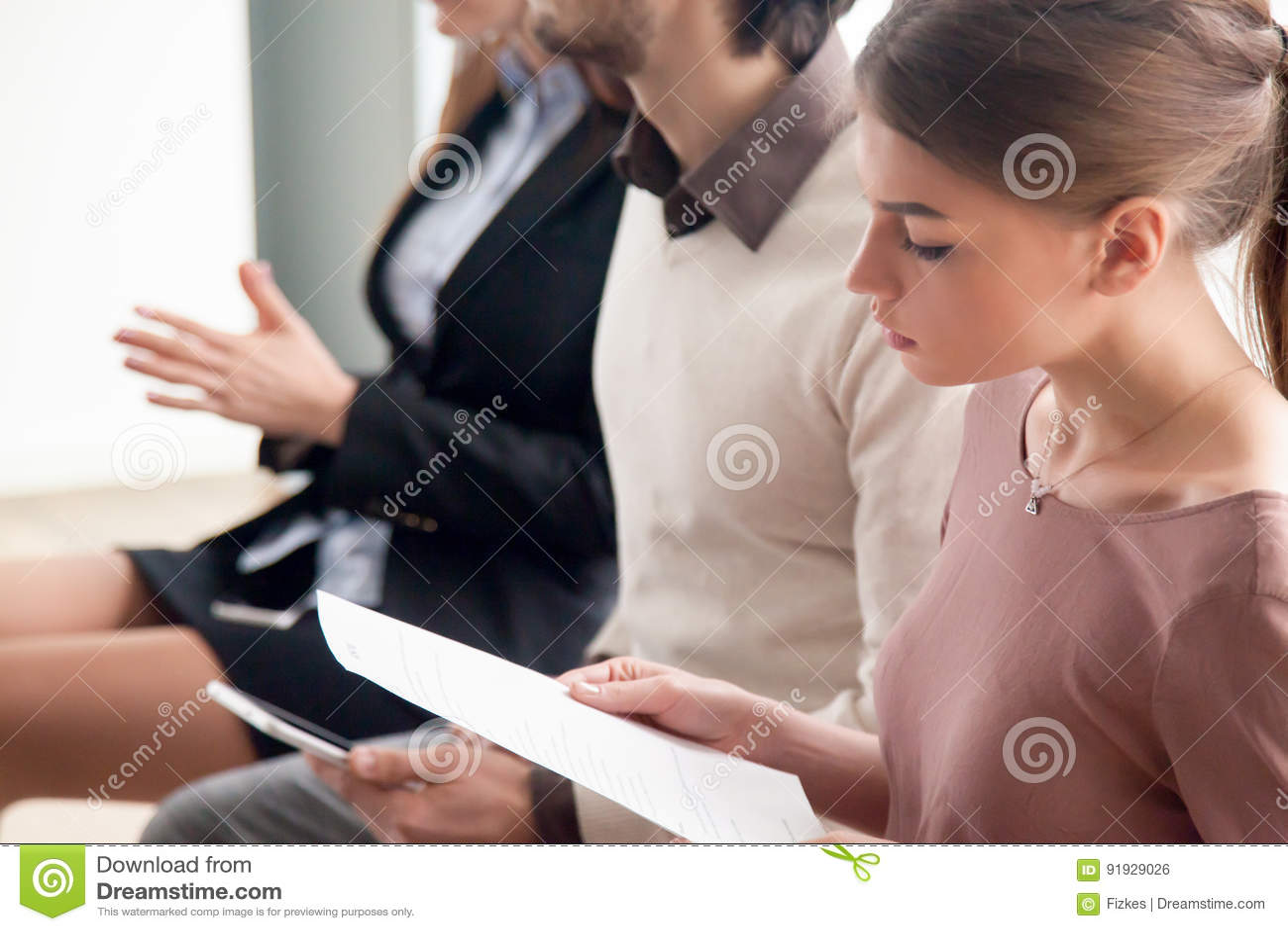 青年人等待的工作面试、试演或者训练ind