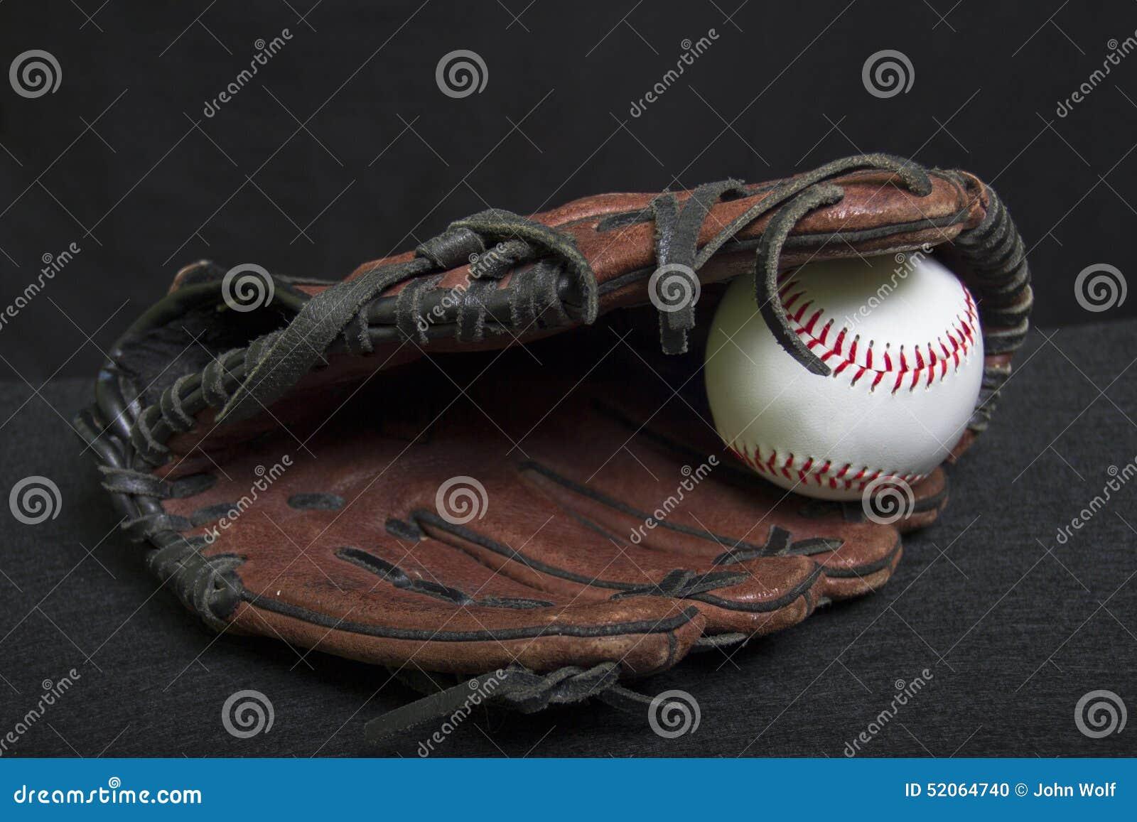 青年有白色安全棒球的皮球露指手套