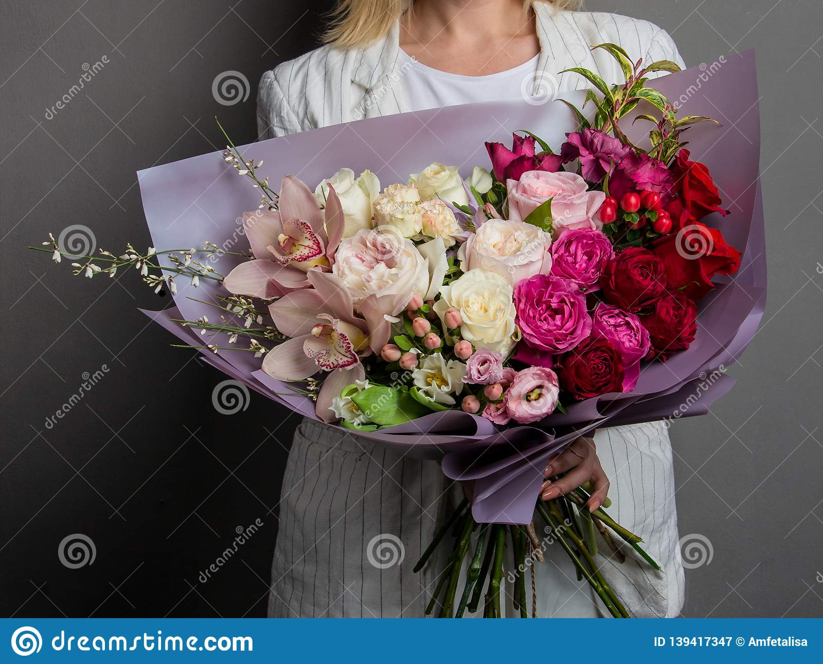 非常精美手工制造花束在女孩卖花人,一个巨大礼物,新和整洁,有趣的梯度的手上