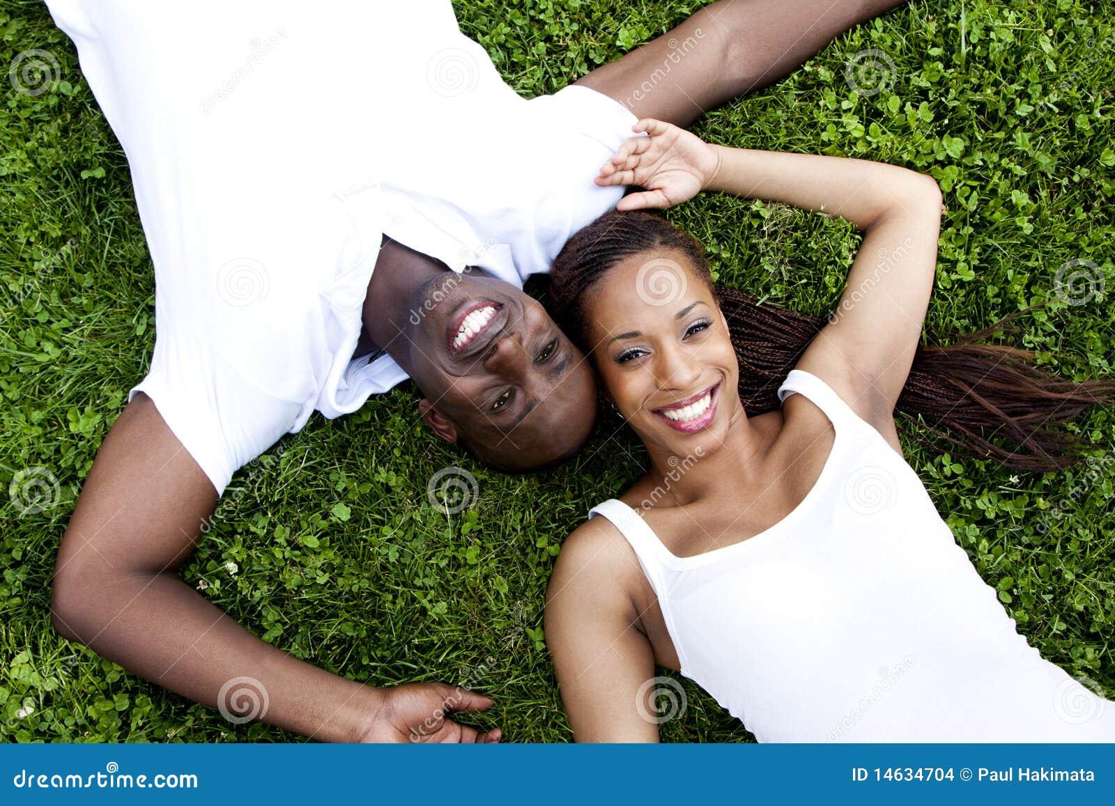非洲夫妇愉快微笑