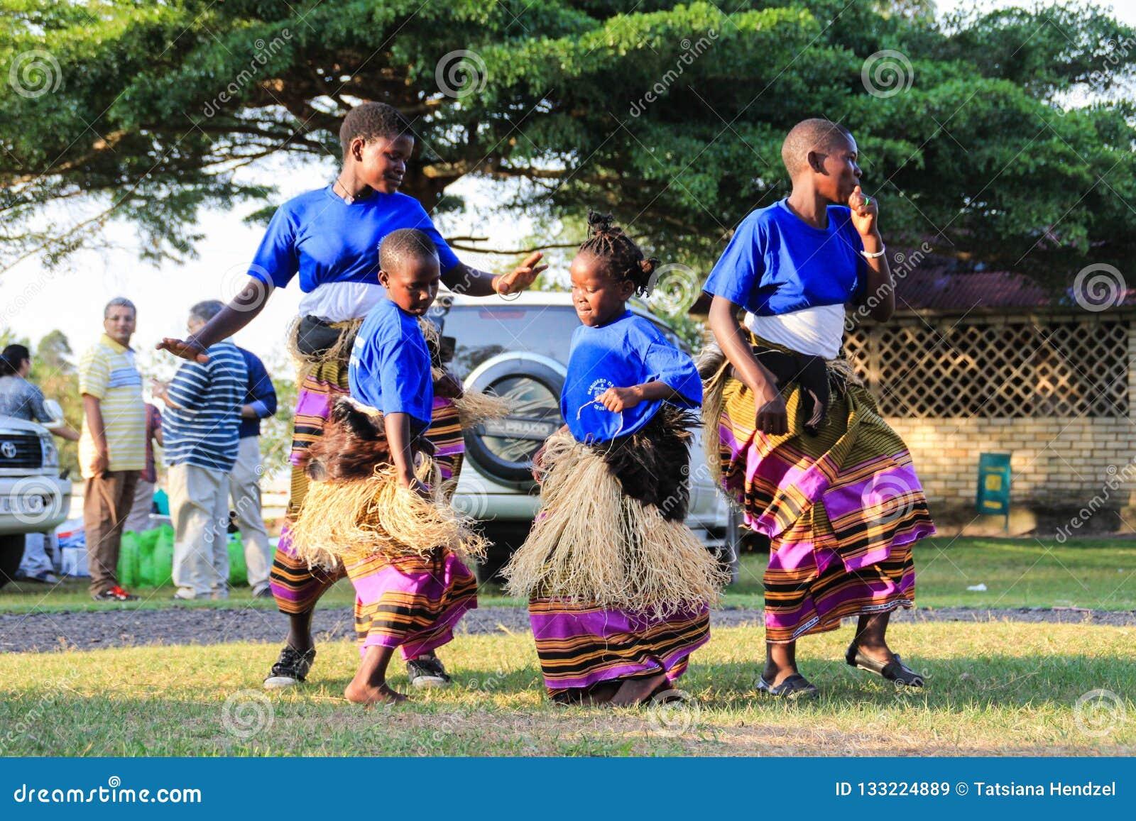 非洲歌手唱歌并且跳舞在一个街道事件在坎帕拉