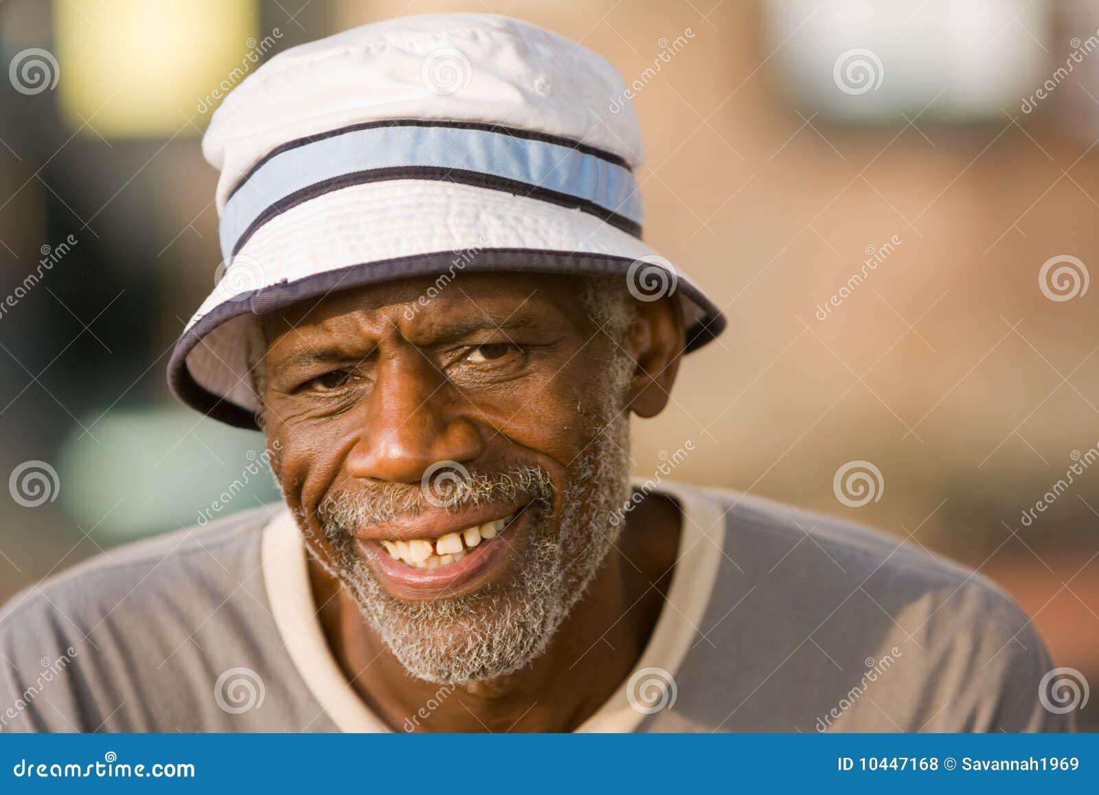 非洲裔美国人的人退休的微笑