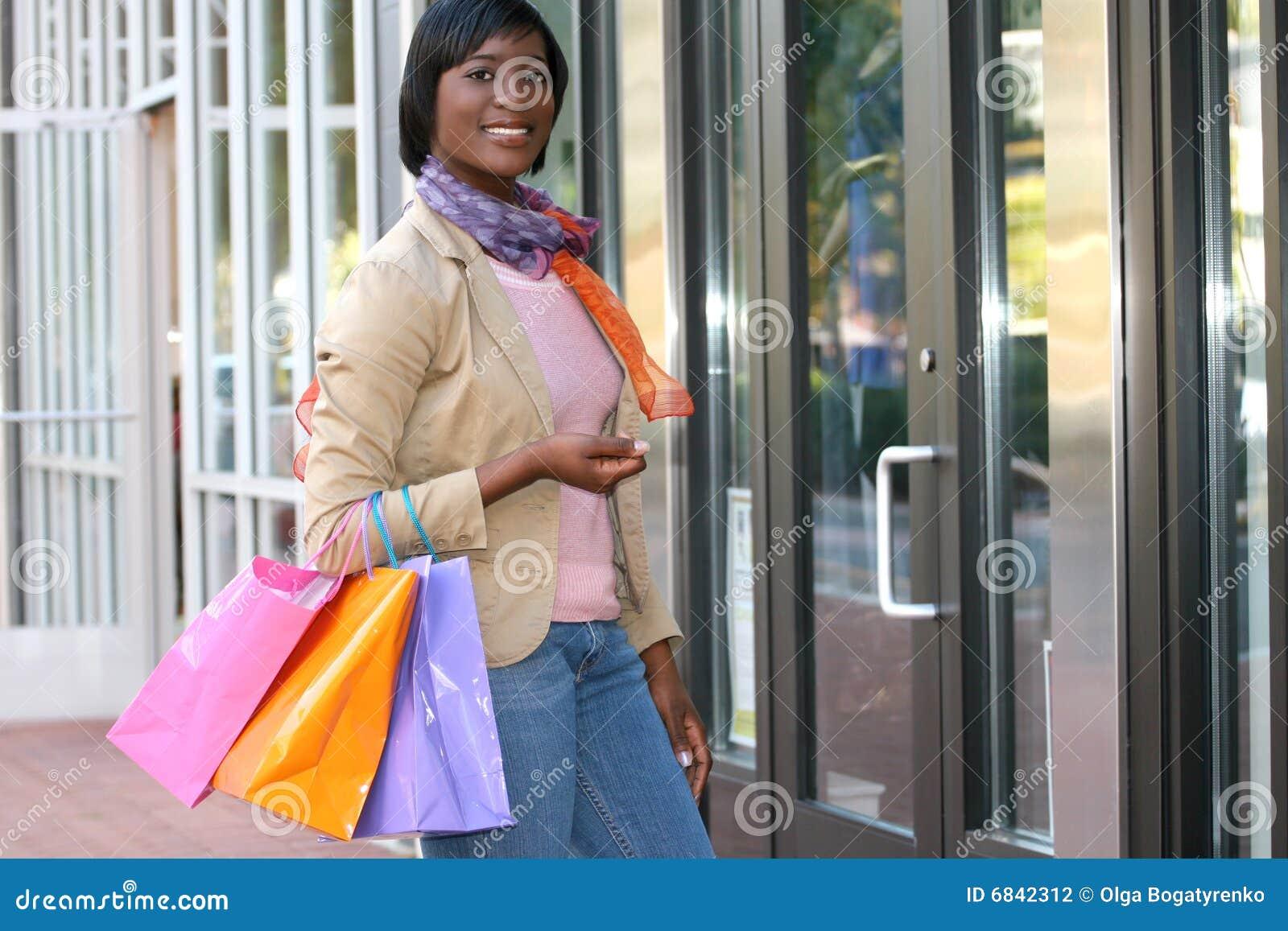 非洲裔美国人的有吸引力的女性购物
