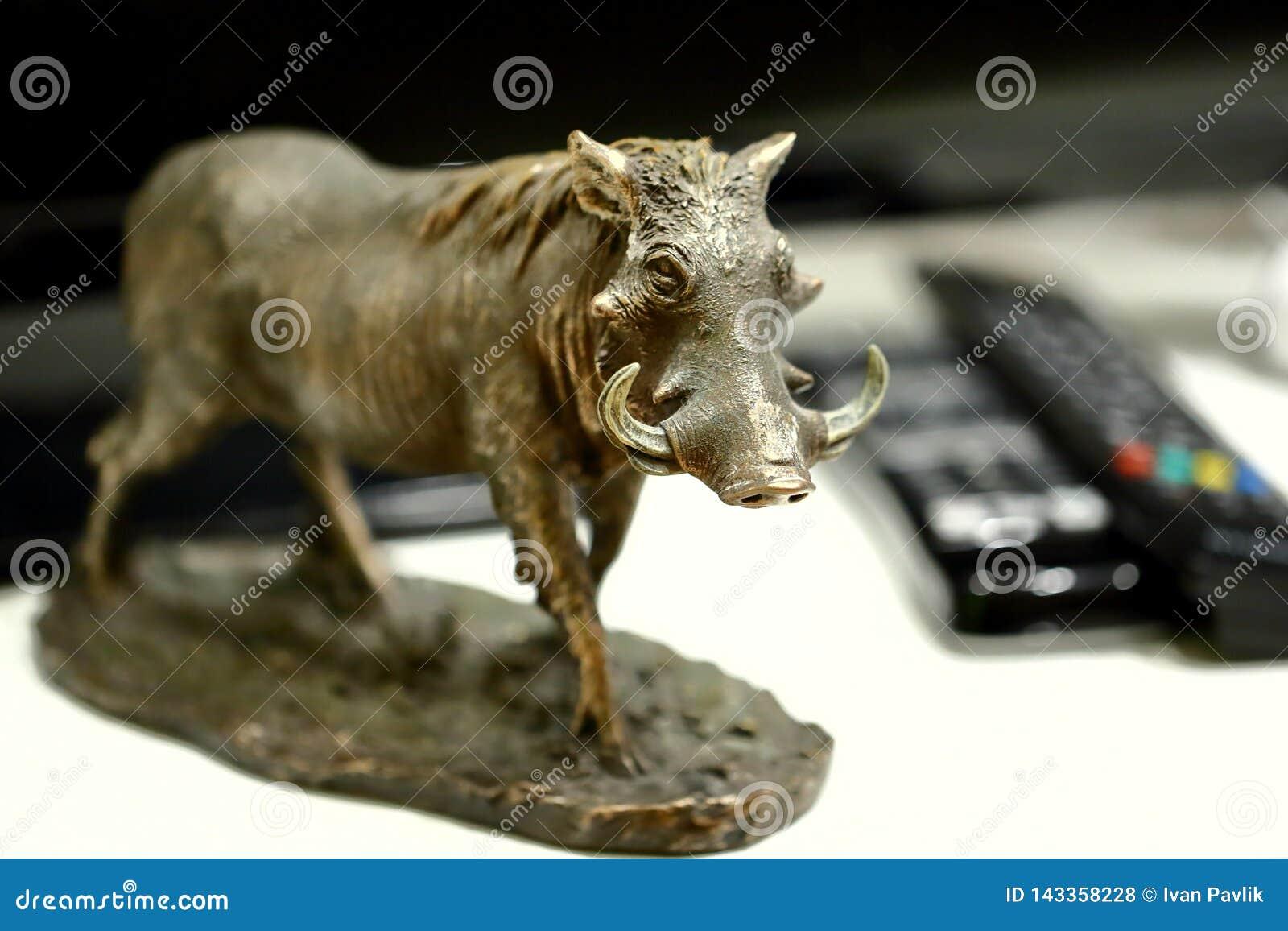 非洲野生猪- warthog小雕塑  背景