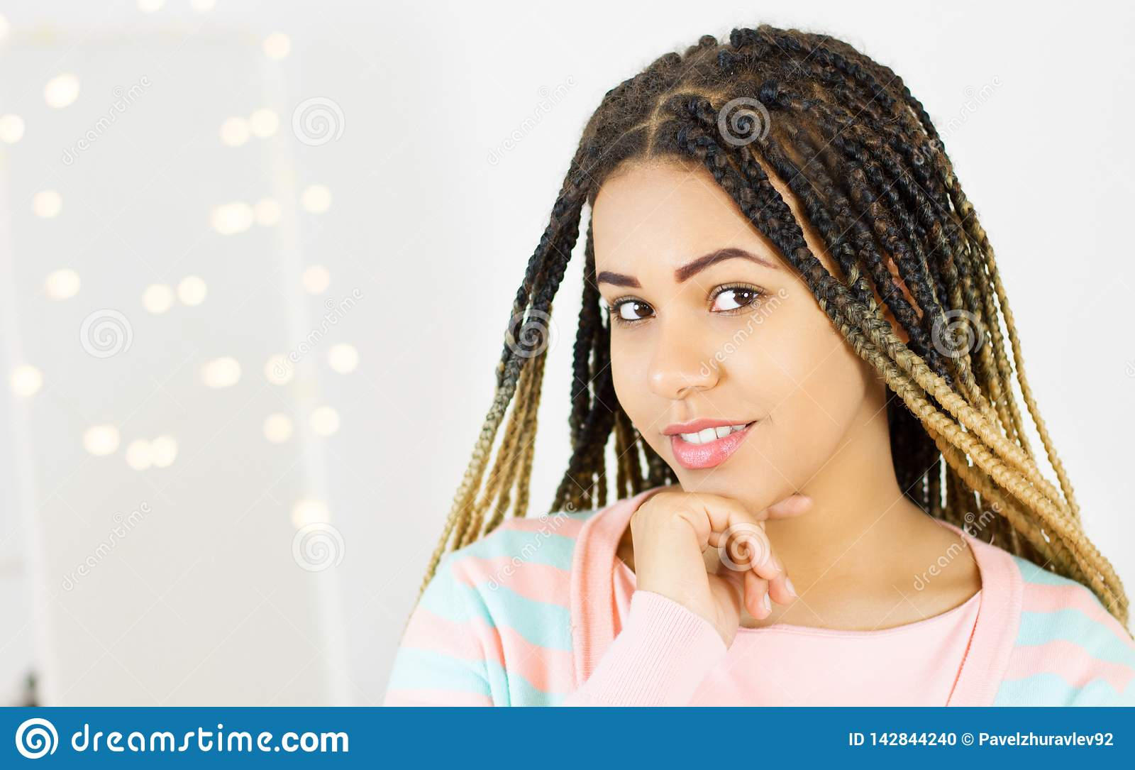 非裔美国人的妇女秀丽画象有非洲的发型和魅力构成的