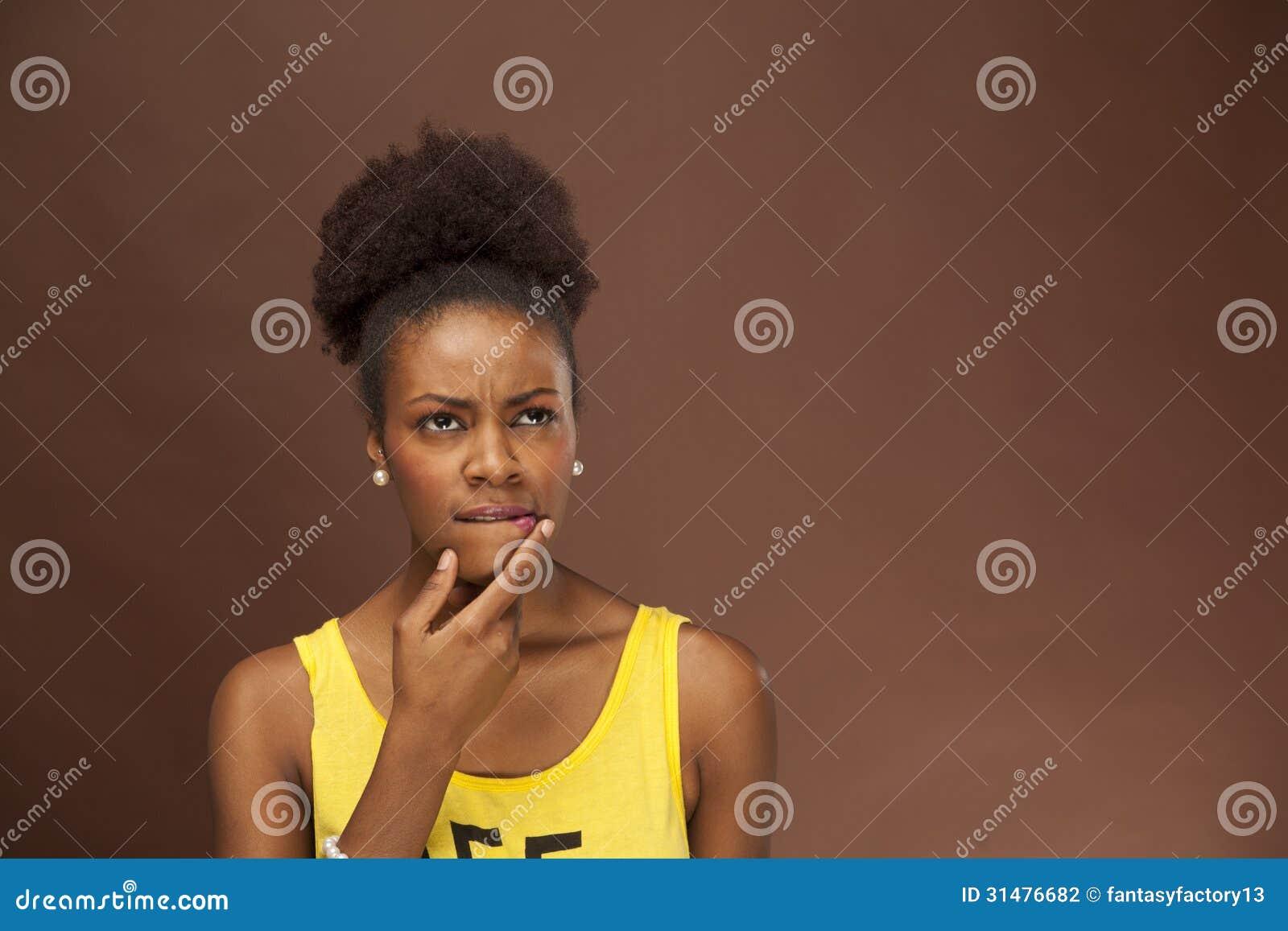 非裔美国人的妇女通过面部特点显示情感