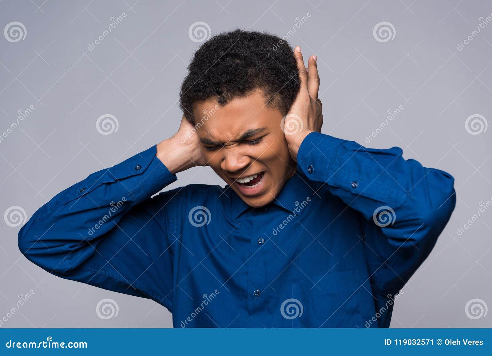 非裔美国人的少年在愤怒尖叫,包括耳朵