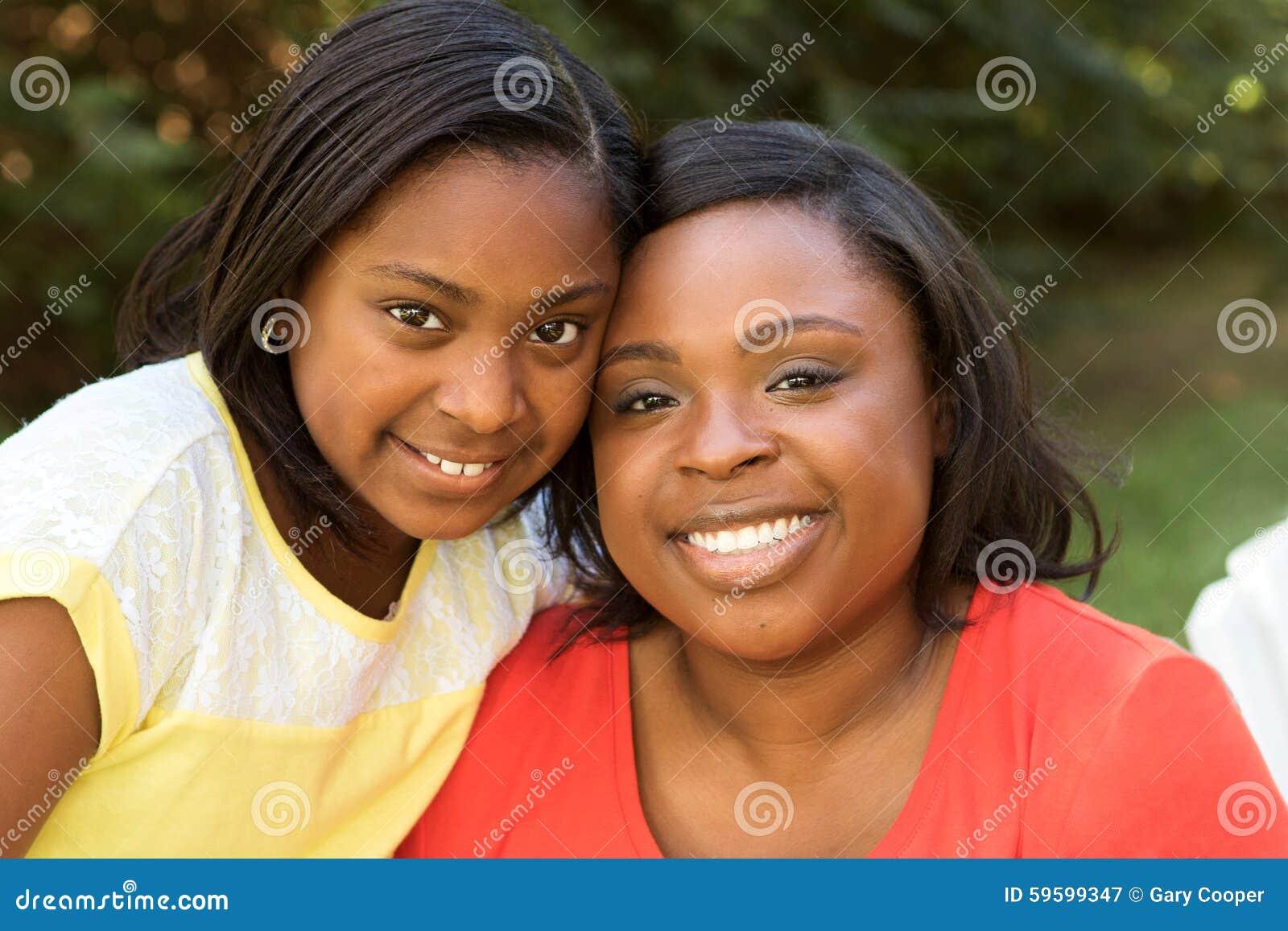 非裔美国人的母亲和她的女儿
