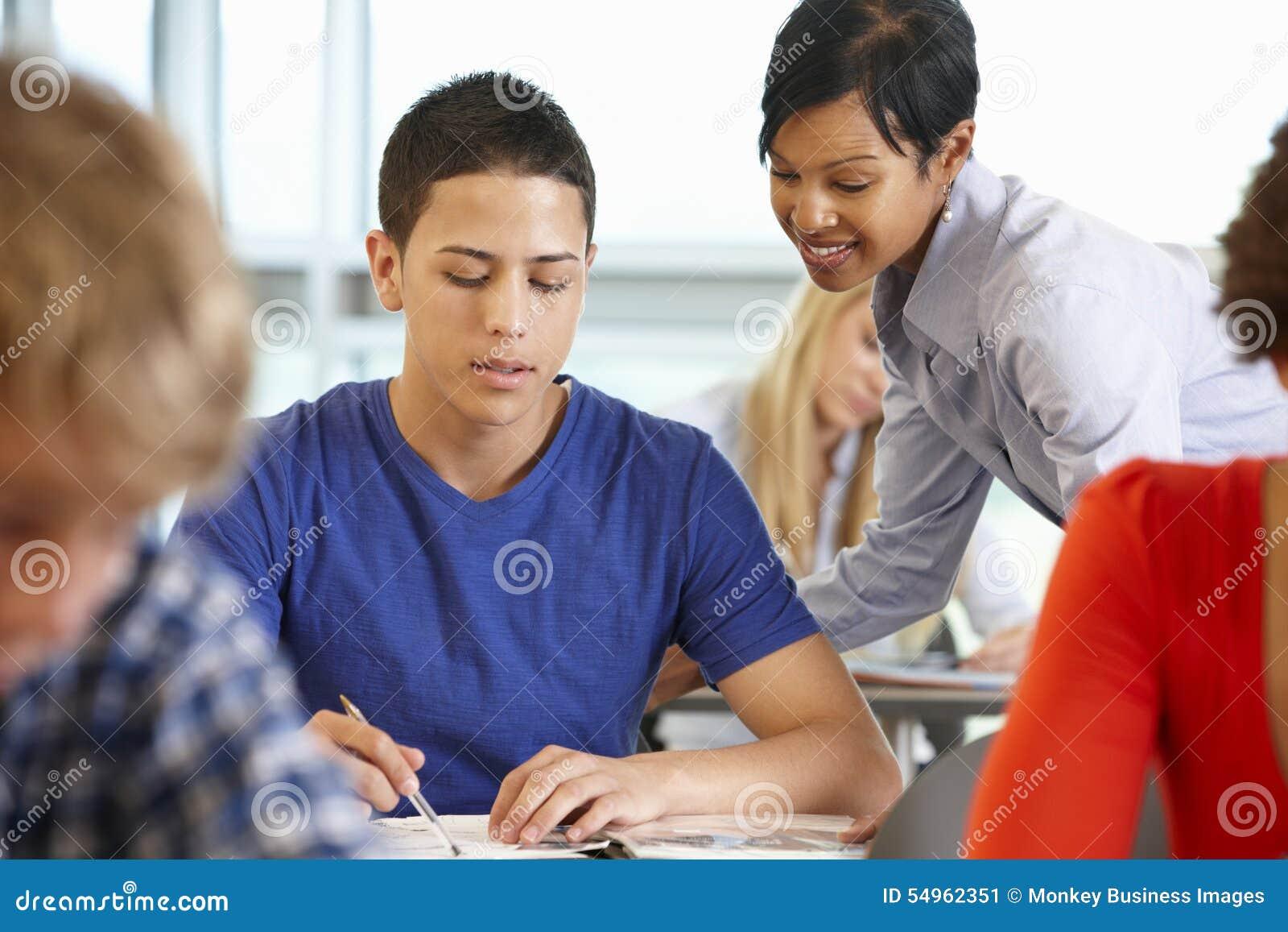 非裔美国人的类的老师帮助的学生