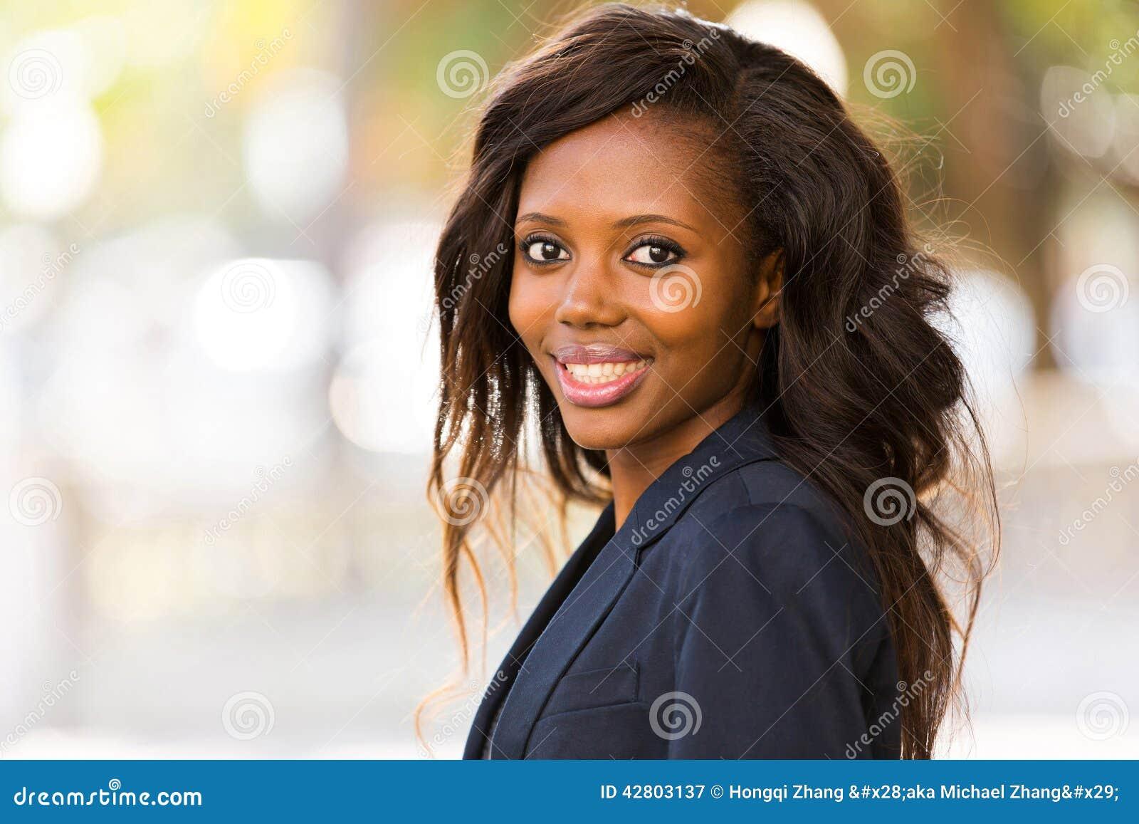 非洲肌肉女_站立年轻非洲的女实业家画象户外.