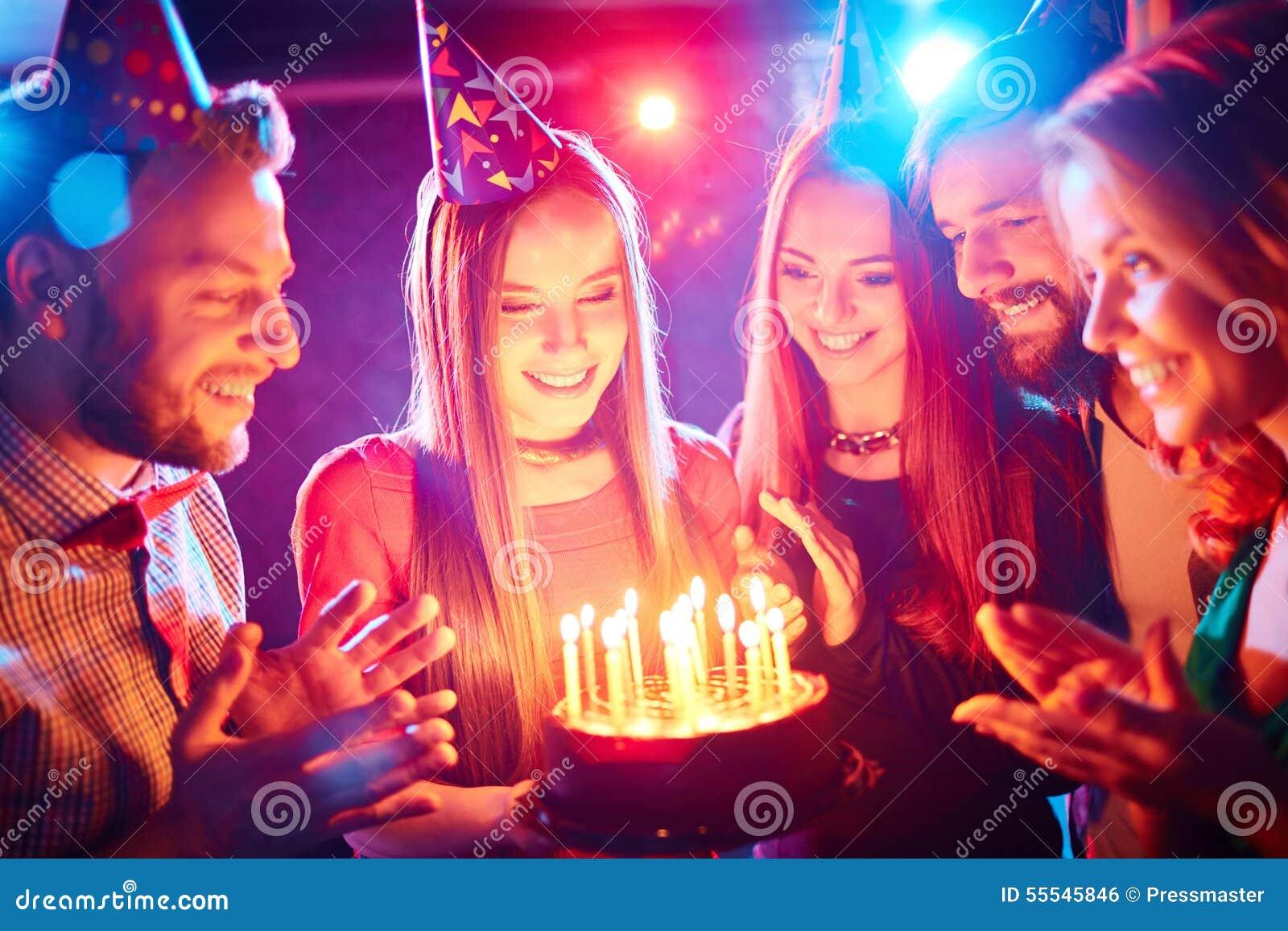 非洲裔美国人气球美丽的生日蛋糕庆祝巧克力杯子楼层女孩藏品家当事人当前坐的微笑的包围的时间对年轻人