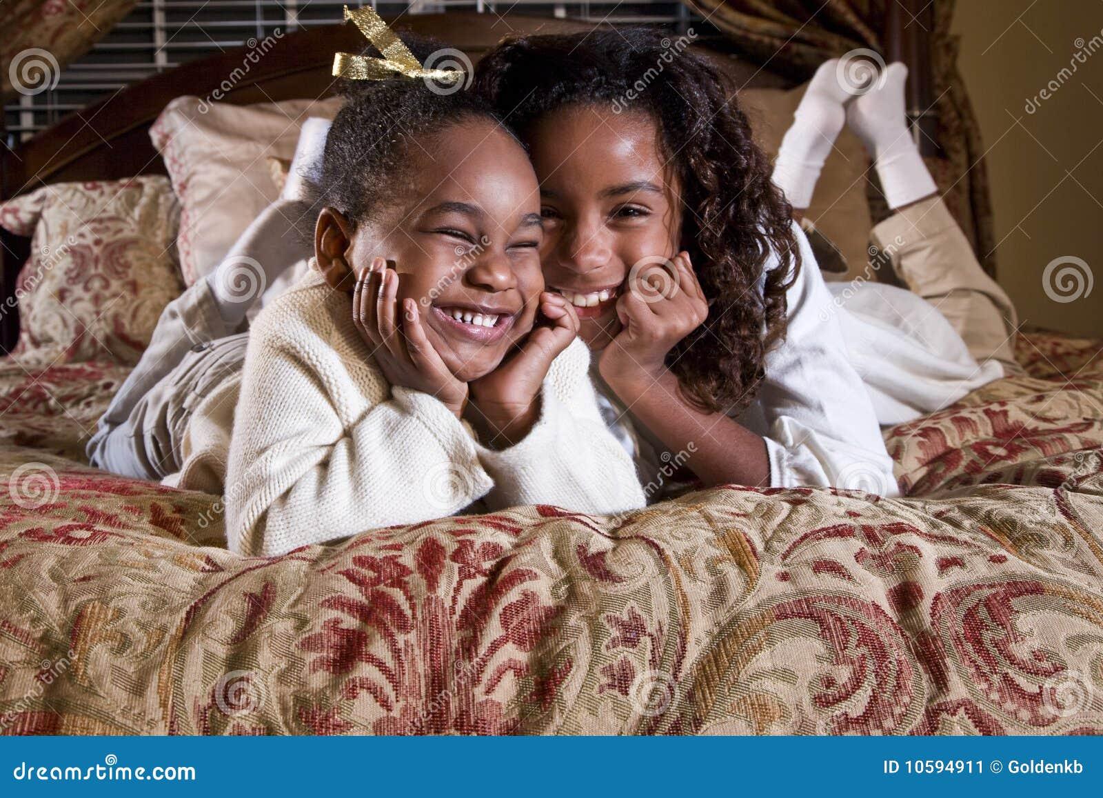 美国人的群交视频网站_非洲裔美国人逗人喜爱女孩姐妹微笑