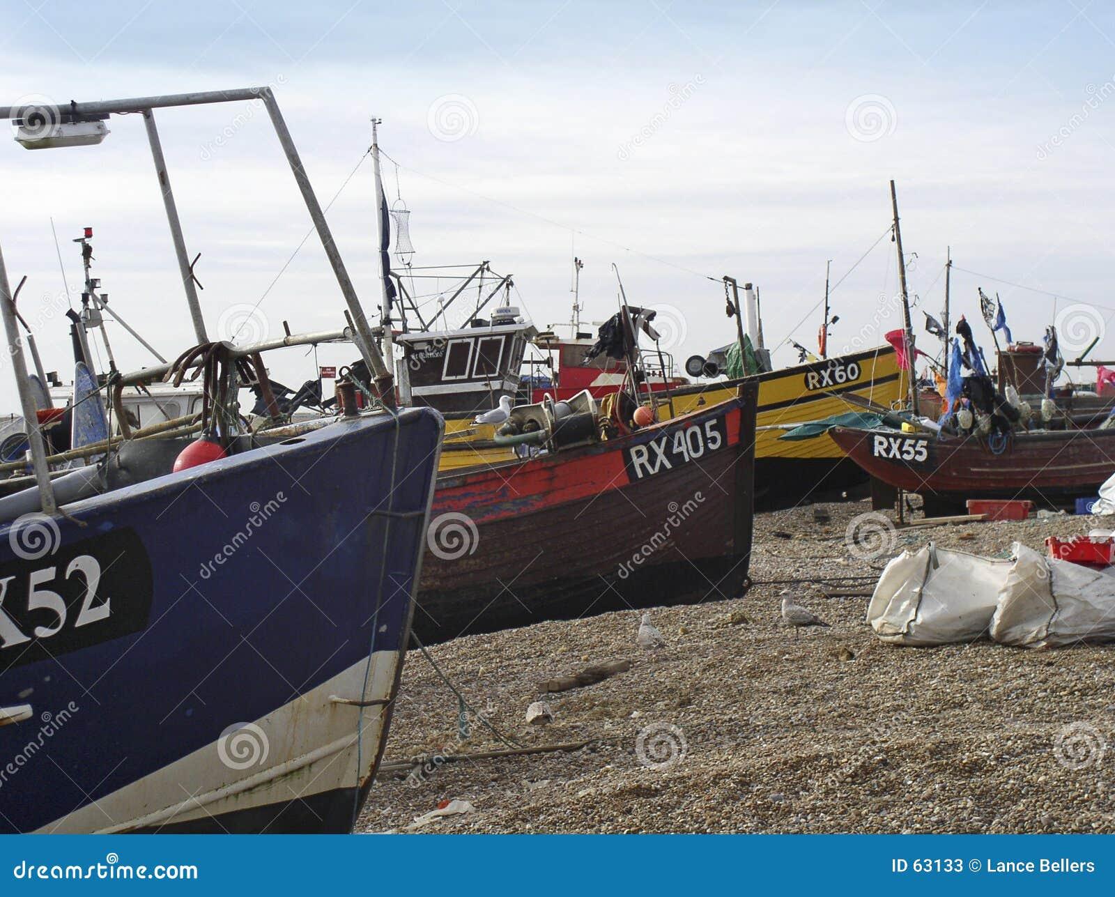 靠岸的小船钓鱼