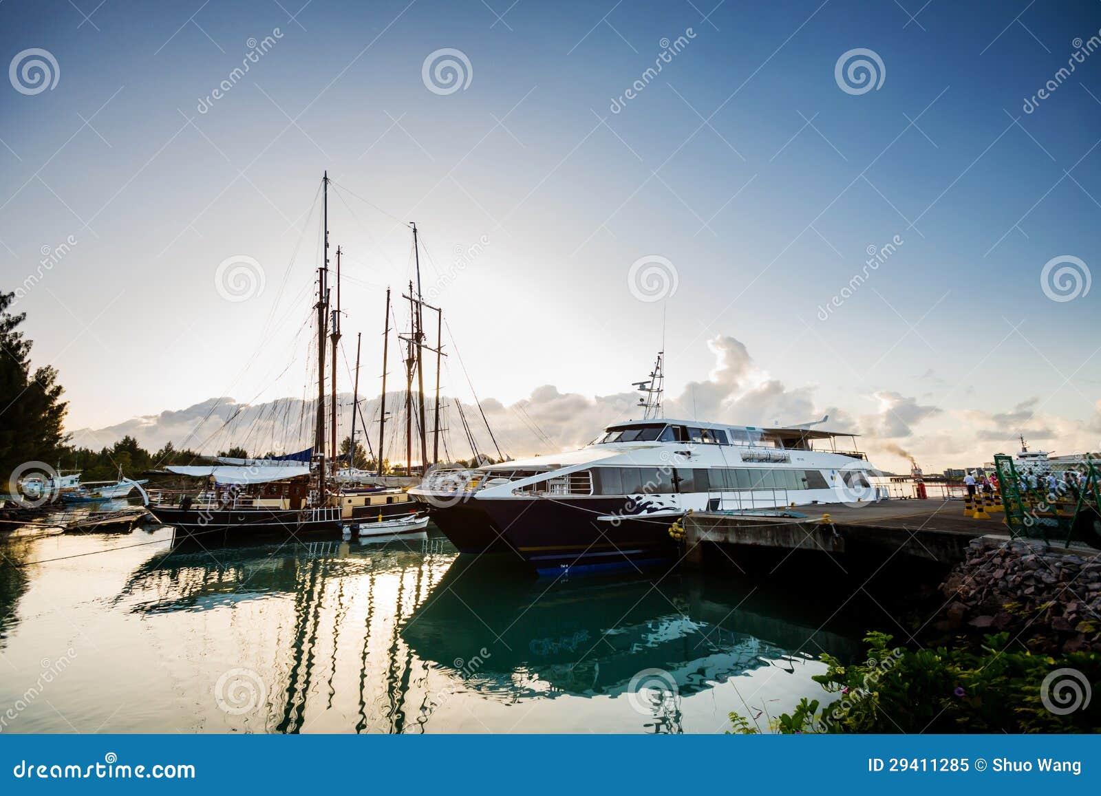 靠码头的浏览船