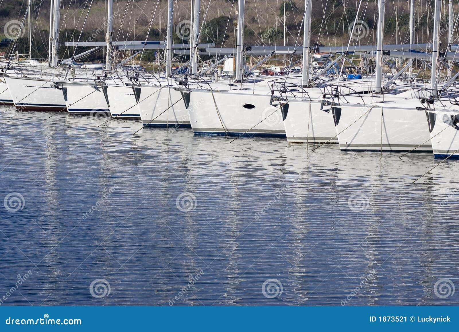 靠码头的风船