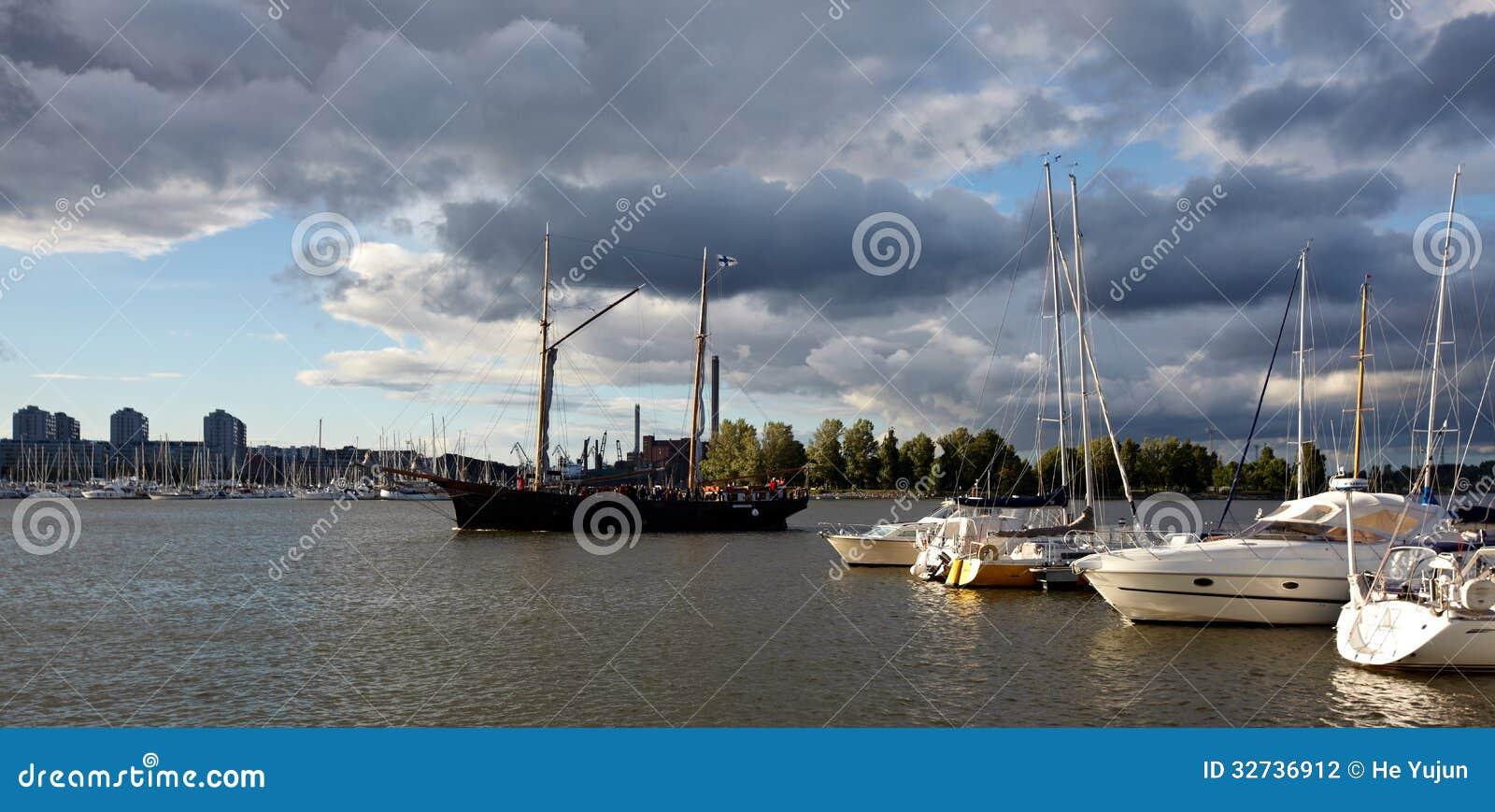 靠码头的游艇