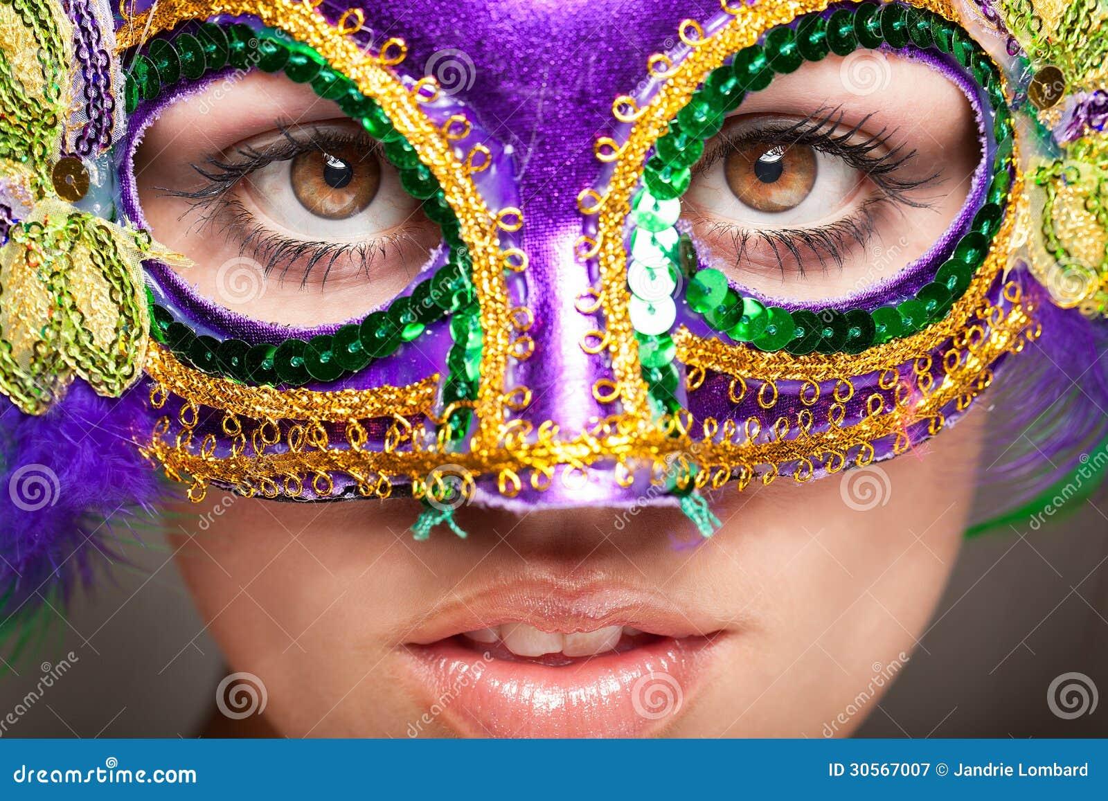 戴着化妆舞会面具的少妇.图片