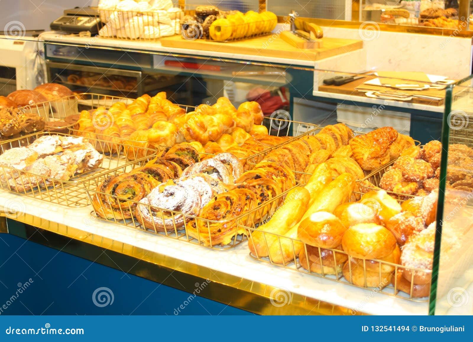 面包店前面用金黄酥皮点心