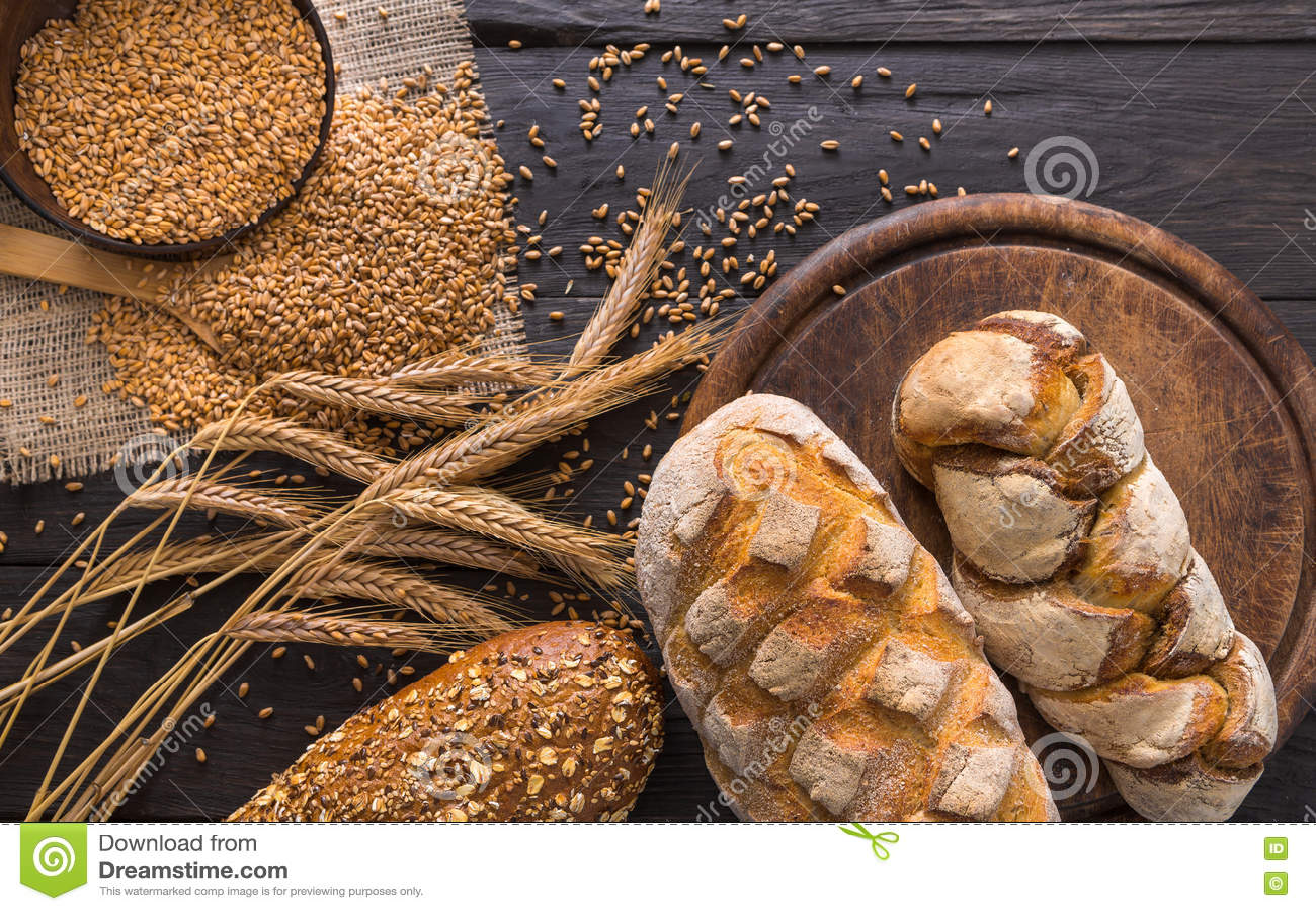 面包面包店背景 布朗和白色麦子五谷大面包构成