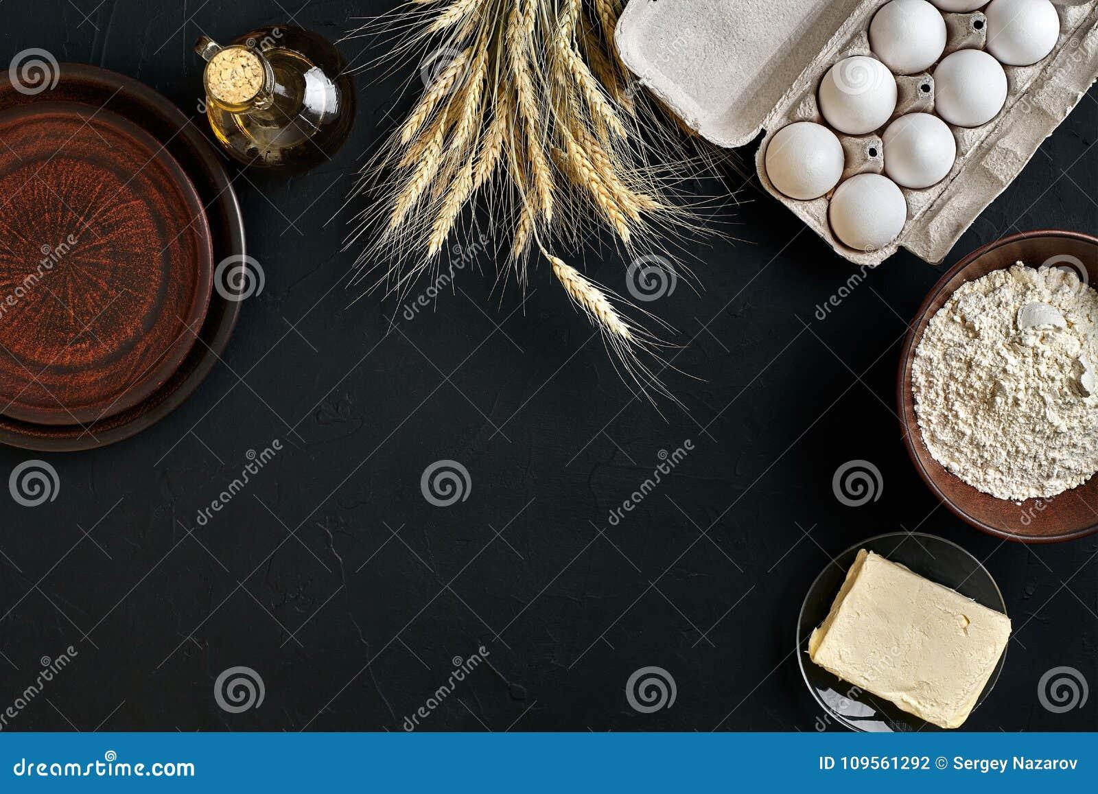 面团准备做成份,在厨房用桌背景的食物平的位置的食谱面包、薄饼或者饼 工作与