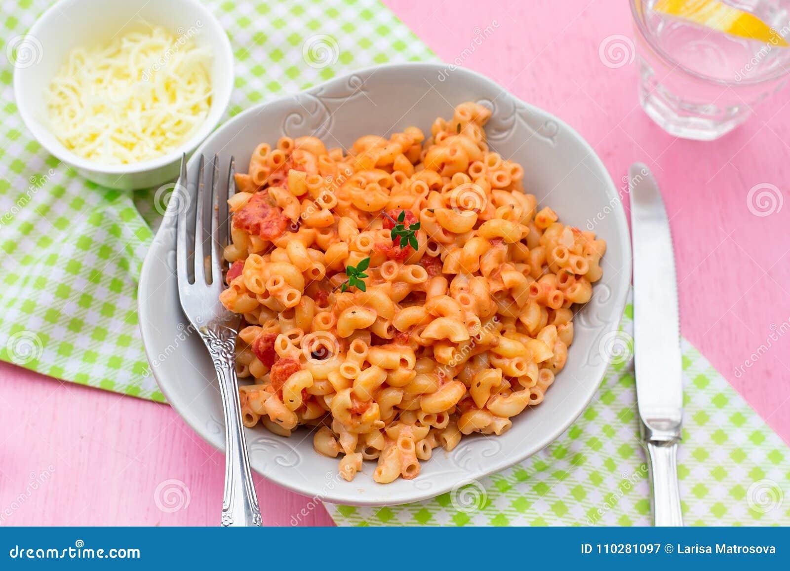 面团通心面与蕃茄和乳酪sau的stortini coquillettes