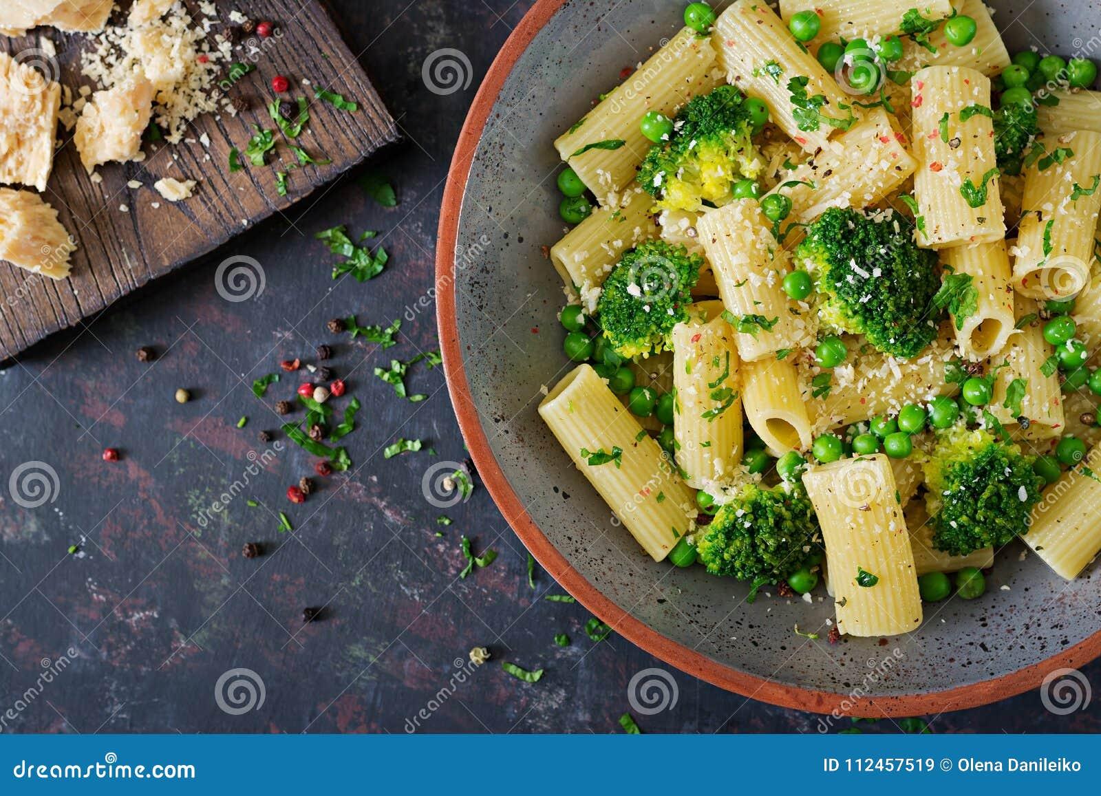 面团rigatoni用硬花甘蓝和绿豆 素食主义者菜单 饮食食物 平的位置