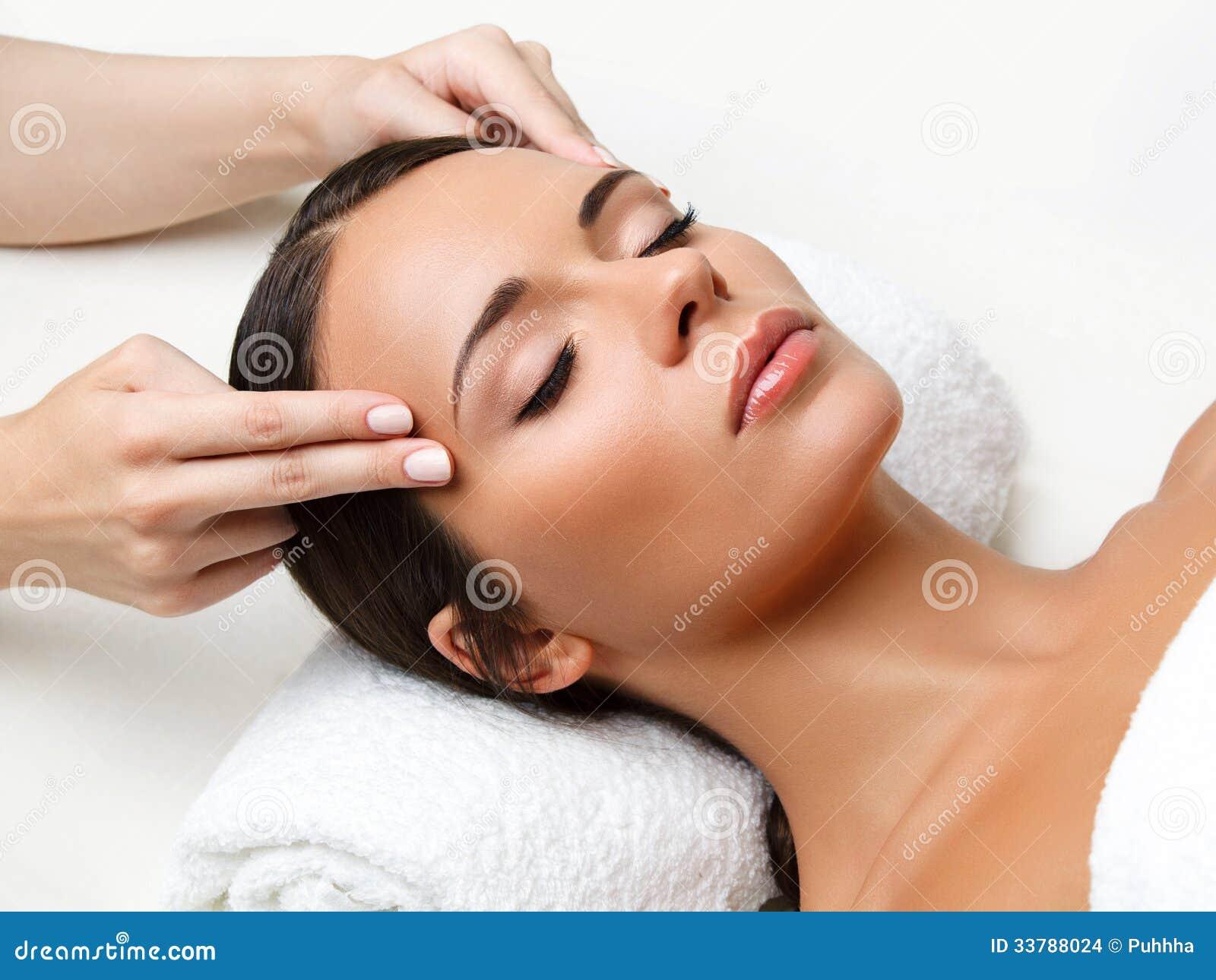面孔按摩。得到温泉治疗的一个少妇的特写镜头。