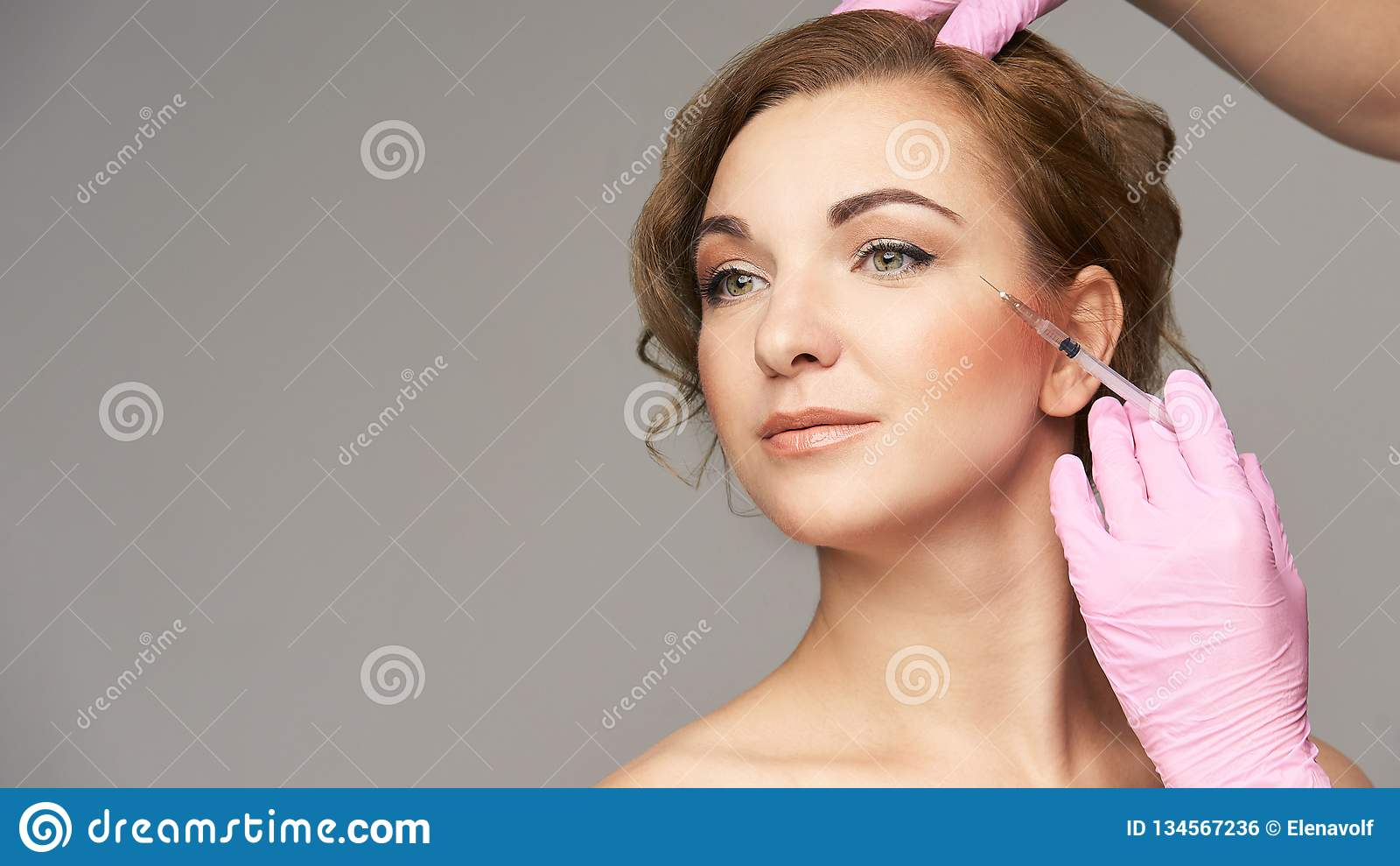 面孔针射入 年轻女人整容术做法 医生手套 皱痕