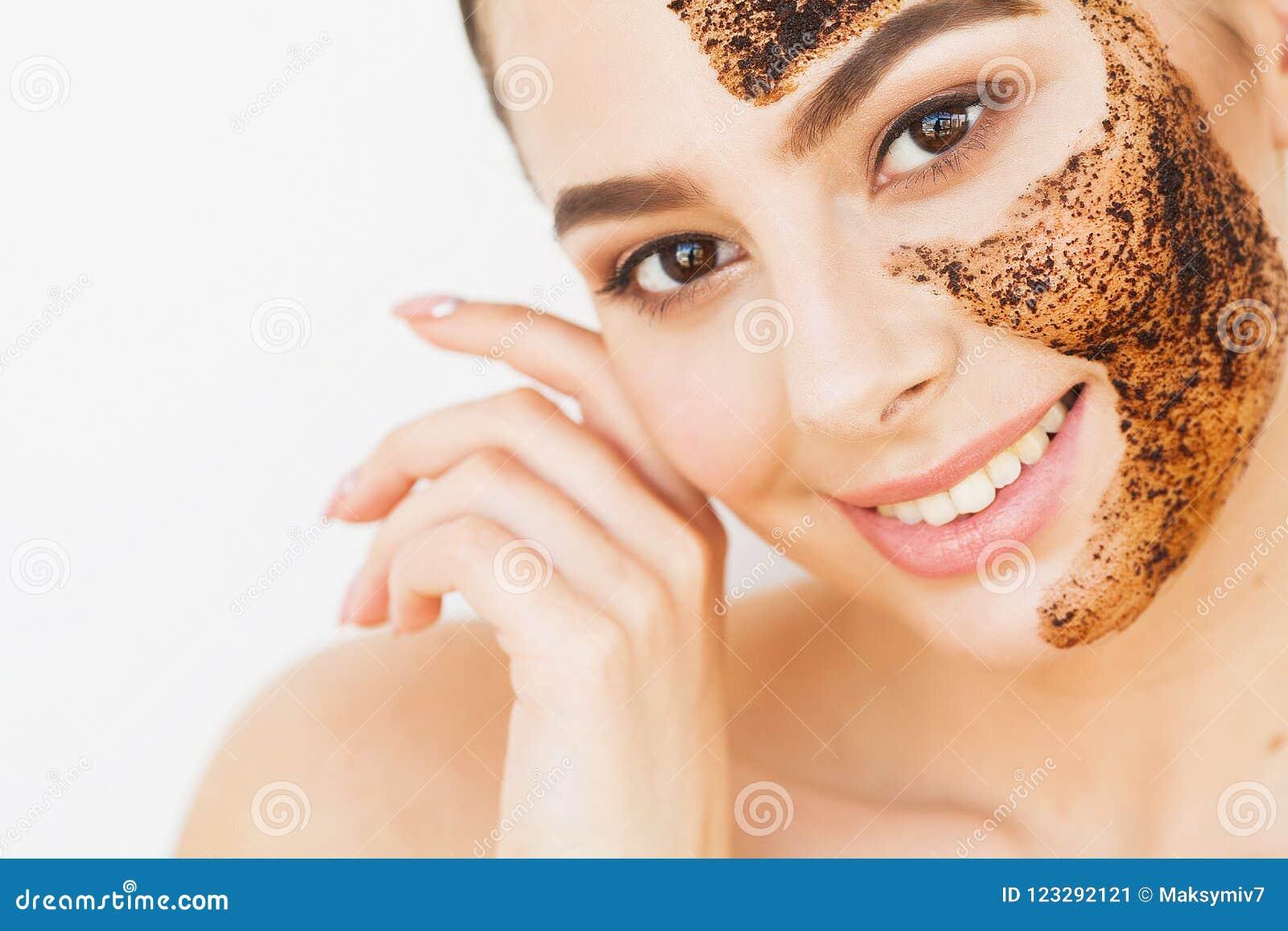 面孔skincare 年轻迷人的女孩做一个黑木炭面具o