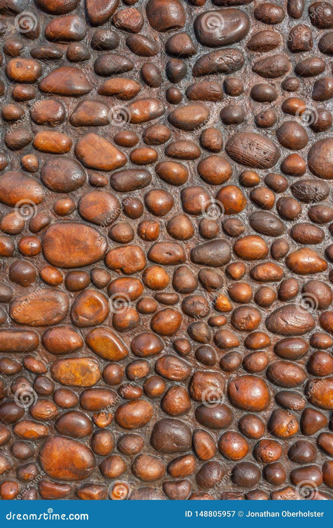 面对岩石墙壁02