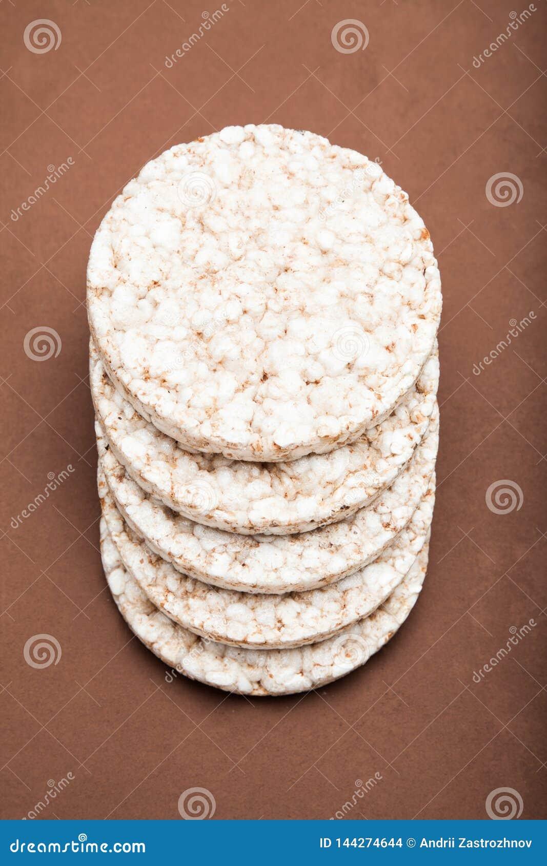 面筋释放食物 米酥脆在棕色背景