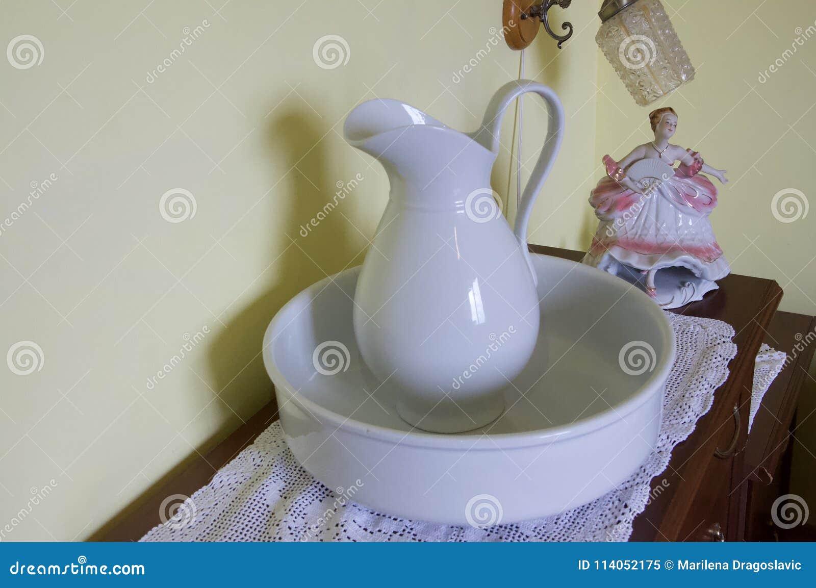 面部洗涤的古色古香的瓦器在洗脸台