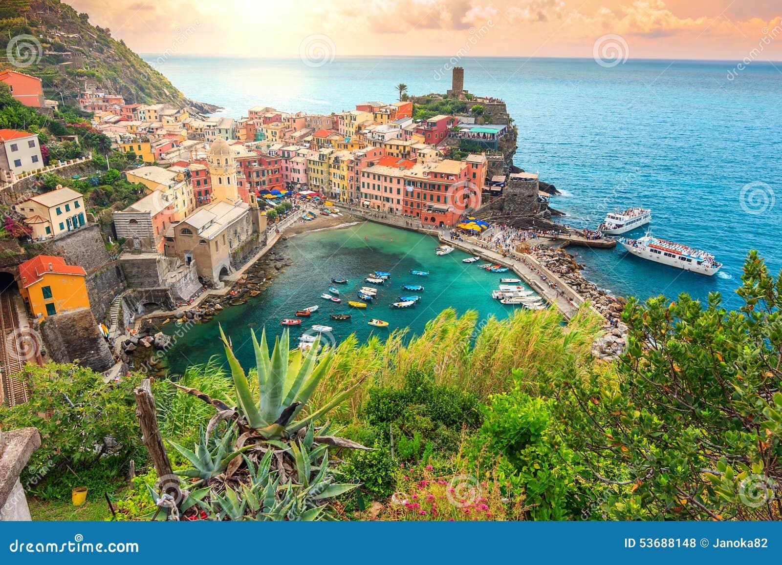 韦尔纳扎村庄和惊人的日出,五乡地,意大利,欧洲